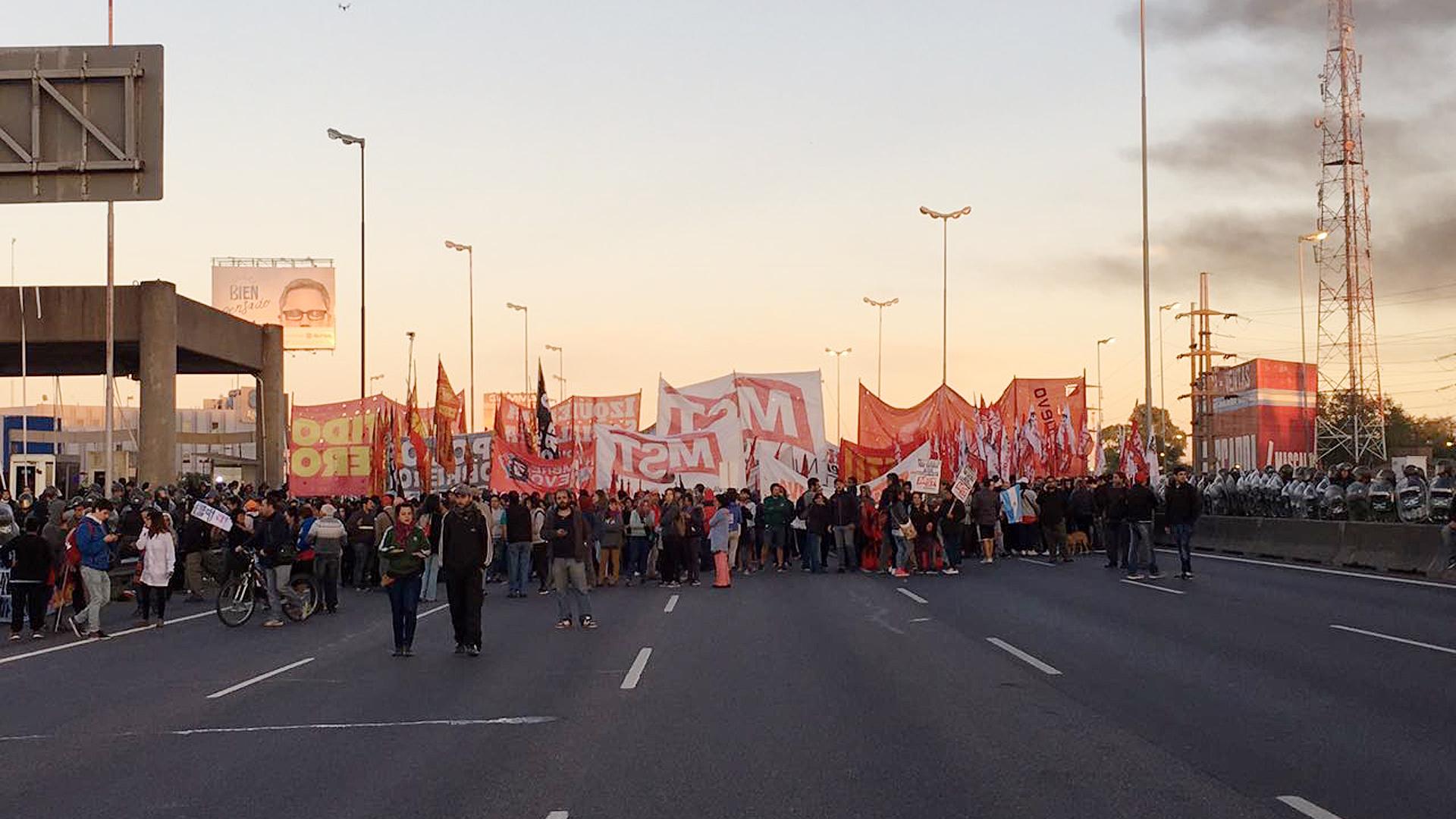 Partidos de izquierda cortaron la Panamericana, a la altura de ruta 197