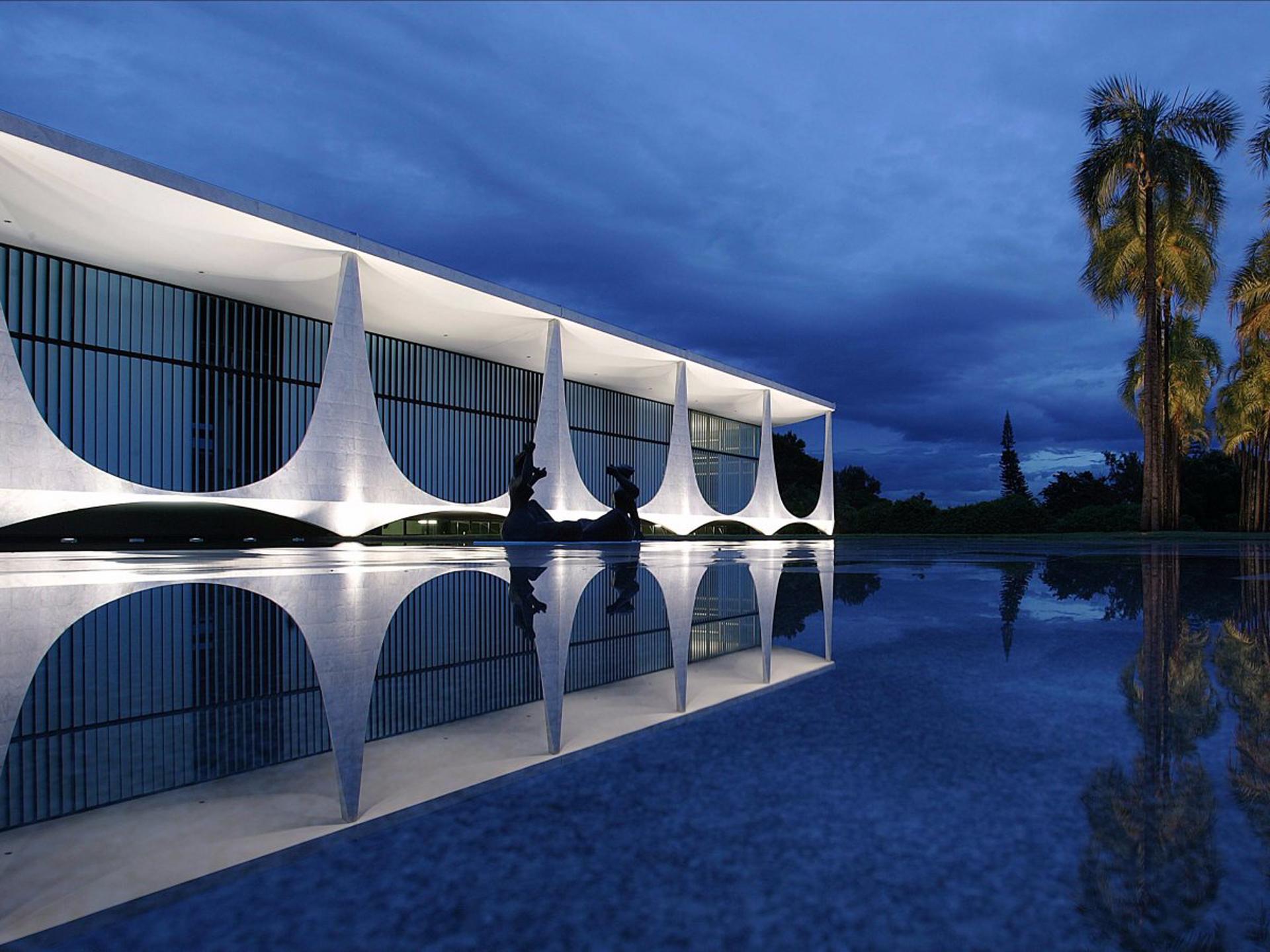 El palacio da Alvorada se encuentra en SHTN Asa Norte, en Brasilia. Albergó a todos los presidentes brasileños desde 1956. Las arquitectura modernista cuenta con una piscina reflectante y esculturas del artista brasileño Alfredo Ceschiatti (Wikimedia Commons / Palácio do Planalto)