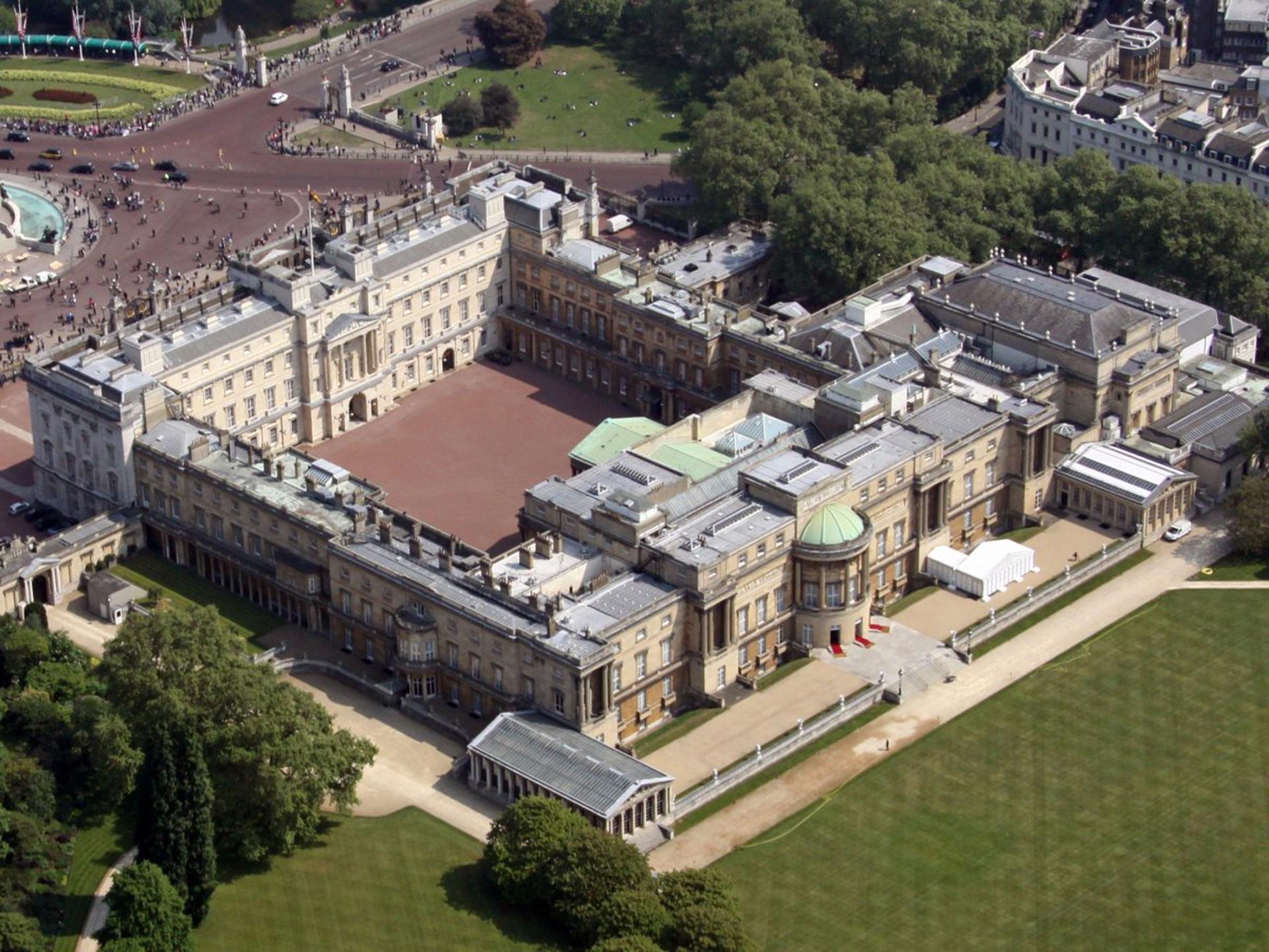 El palacio de Buckingham es la residencia oficial del monarca británico en Londres. La reina Isabel II reside aquí actualmente y ha sido el hogar de la monarquía británica desde 1837. También es utilizado para ceremonias oficiales, visitas de Estado y paseos turísticos (Shutterstock)
