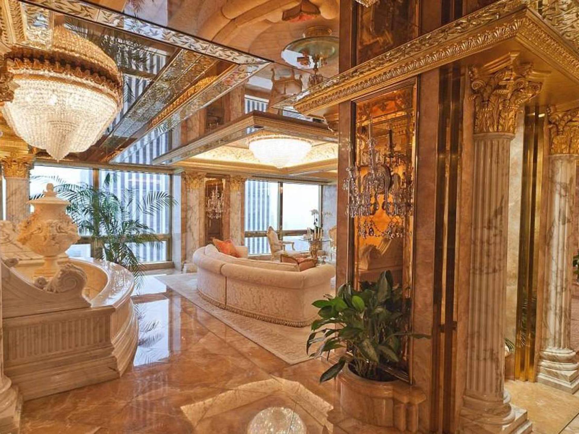 El penthouse privado de Trump, de más de 100 millones de dólares, en la Torre que lleva su nombre, donde vive con su esposa y su hijo de diez años, Barron. Ubicado en la planta 66 del edificio, tiene vista directa al Central Park y su decoración está inspirada en el Palacio de Versalles. Las lámparas están fabricadas con oro de 24 kilates ( Sam Horine – Vanitatis)