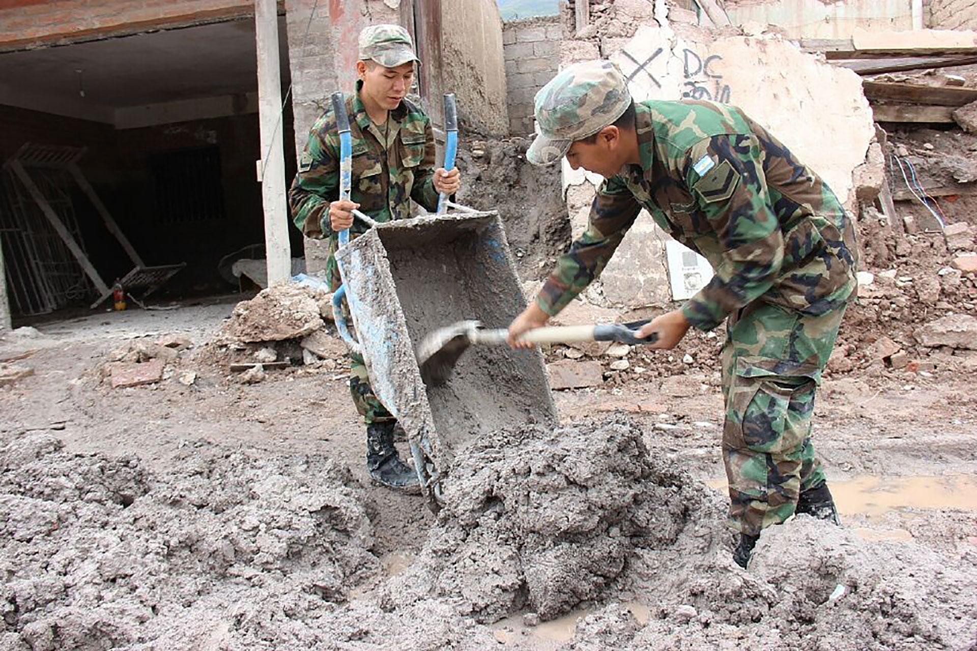 Personal del Ejército y la Fuerza Aérea continúan brindando apoyo a la comunidad afectada por las fuertes lluvias que aún persisten y afectan a siete provincias
