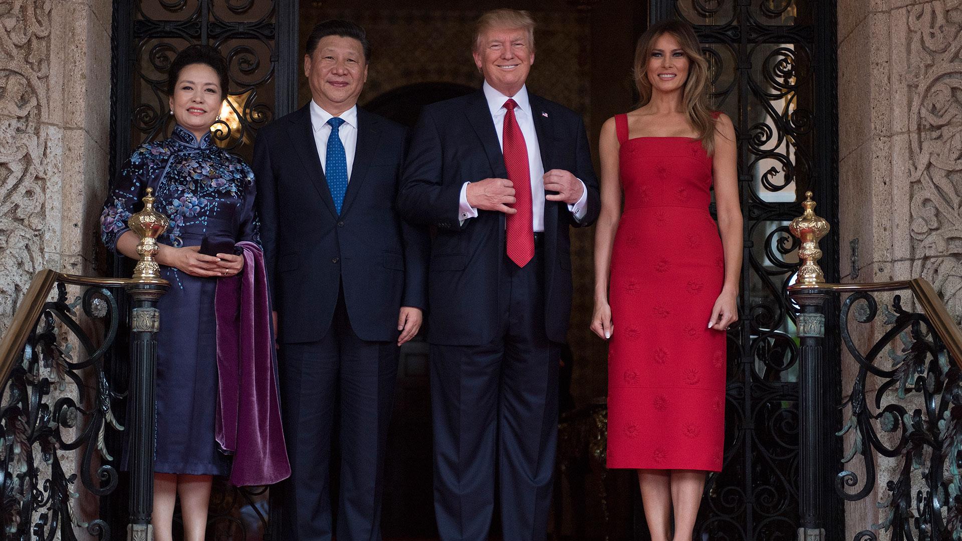 La Primera Dama Peng Liyuan y el Presidente de China Xi Jinping posan con Donald y Melania Trump