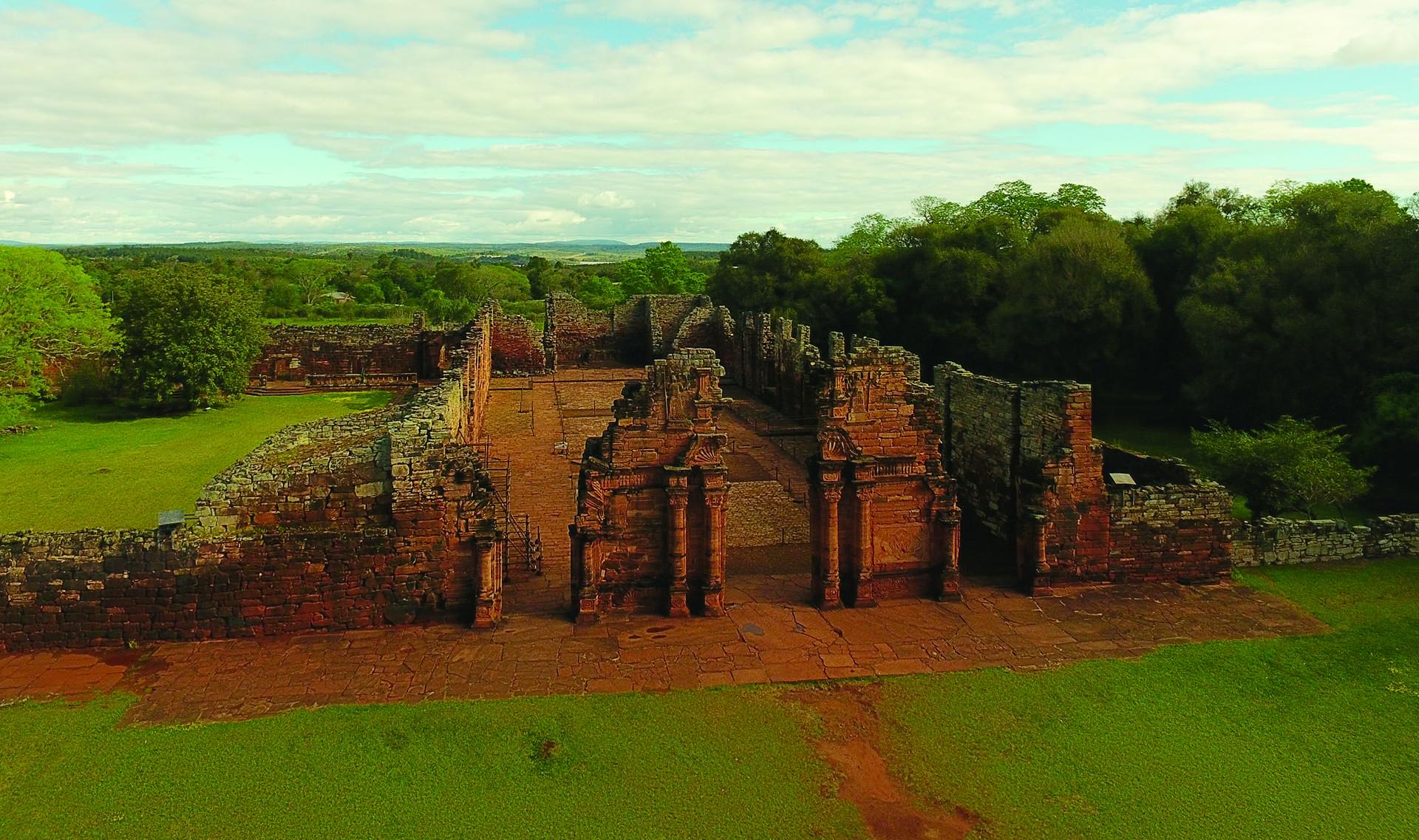 En medio de la selva. En San Ignacio hay naturaleza y hay historia. Todas las Reducciones de las Misiones Jesuíticas Guaraníes invitan a viajar al pasado, descubrir sus diseños y su arquitectura entre la vegetación verde. En Misiones, también es imperdible un viaje a las Cataratas del Iguazú, una de las Nuevas Siete Maravillas Naturales del Mundo y Patrimonio Mundial.