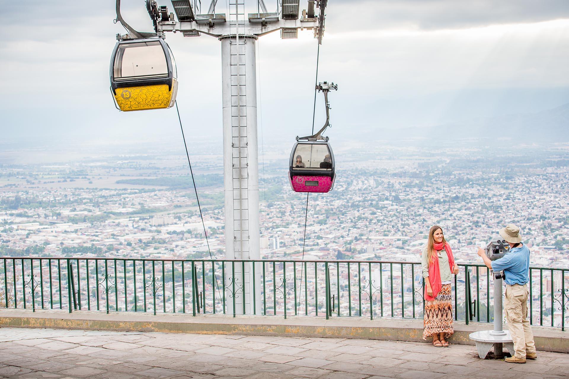 """Para descubrir por qué a Salta la llaman """"la linda"""", basta con dejar la valija y arrancar una caminata por el casco histórico de la ciudad, uno de los mejor conservados del país. Se puede subir a pie o en teleférico a la cima del cerro San Bernardo para una gran panorámica (Celine Frers)"""