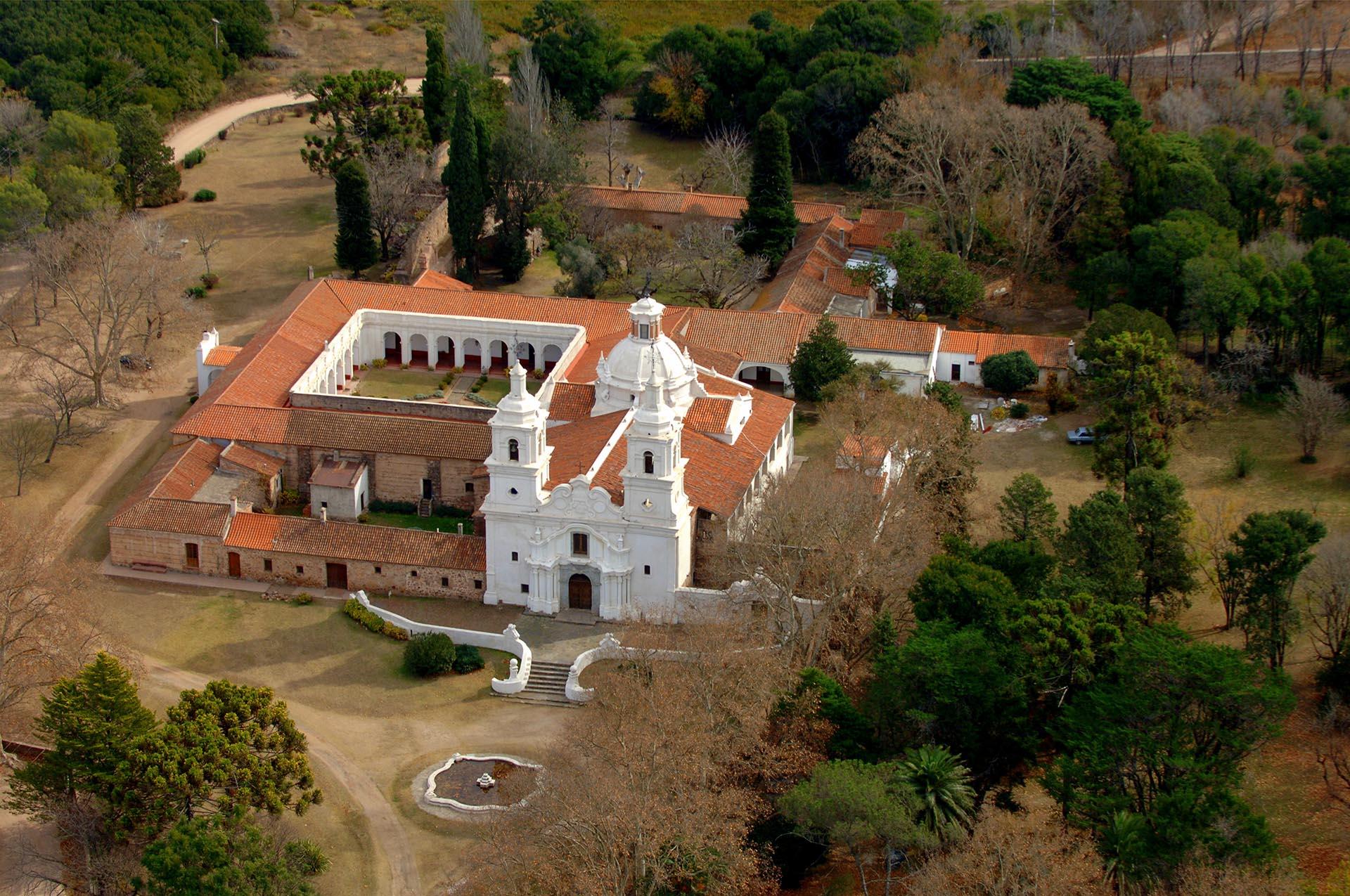 La Manzana Jesuítica, en Córdoba Capital, es el punto de partida para conocer el legado jesuita en la provincia. Se puede recorrer el centro histórico y las estancias, conjunto declarado Patrimonio Mundia. A 20 kilómetros de la ciudad se encuentra la estancia Santa Catalina (en la foto), con un marco natural alucinante.