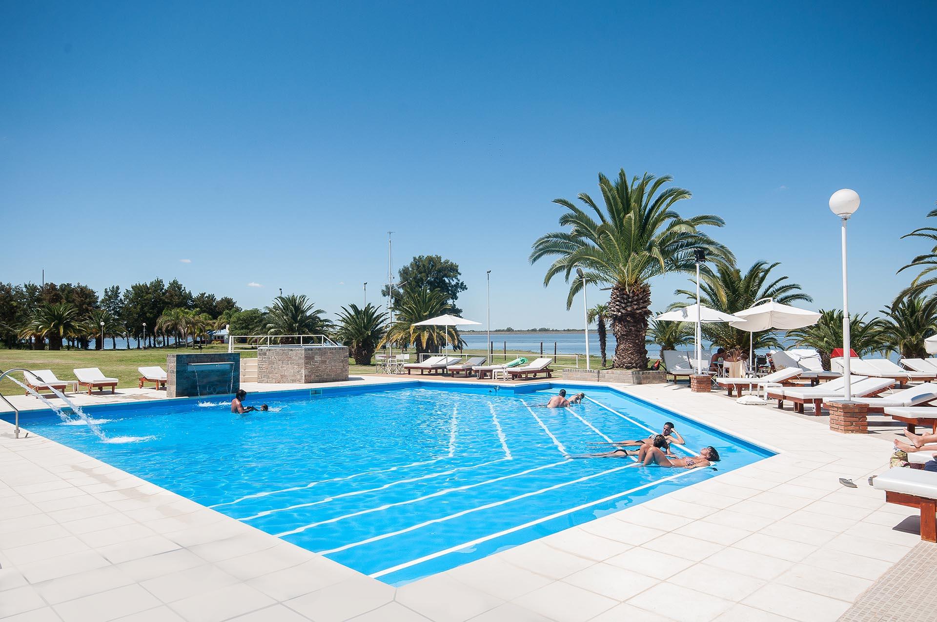 Una ciudad renovada. Al relax de las termas en Río Hondo, Santiago del Estero, se le suma la adrenalina de los deportes acuáticos y del Autódromo, ideal para los amantes de los motores.
