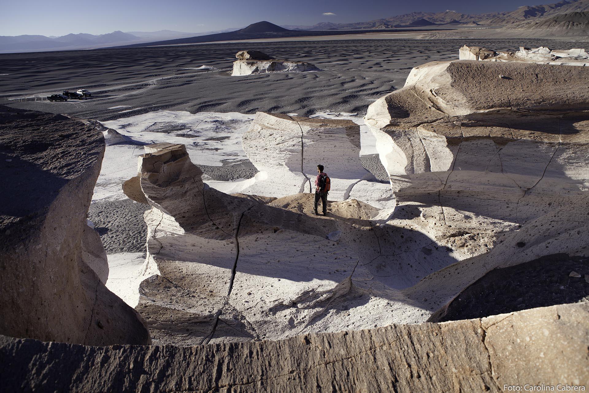 Un paisaje de otro planeta. El Campo de Piedra Pómez, cerca de Antofagasta de la Sierra en Catamarca, es producto de la lava solidificada del volcán Cerro Blanco, y el viento que desciende de los Andes talló en las rocas formas diversas, creando senderos, todo tipo de esculturas y este singular escenario que se puede recorrer. (Carolina Cabrera)