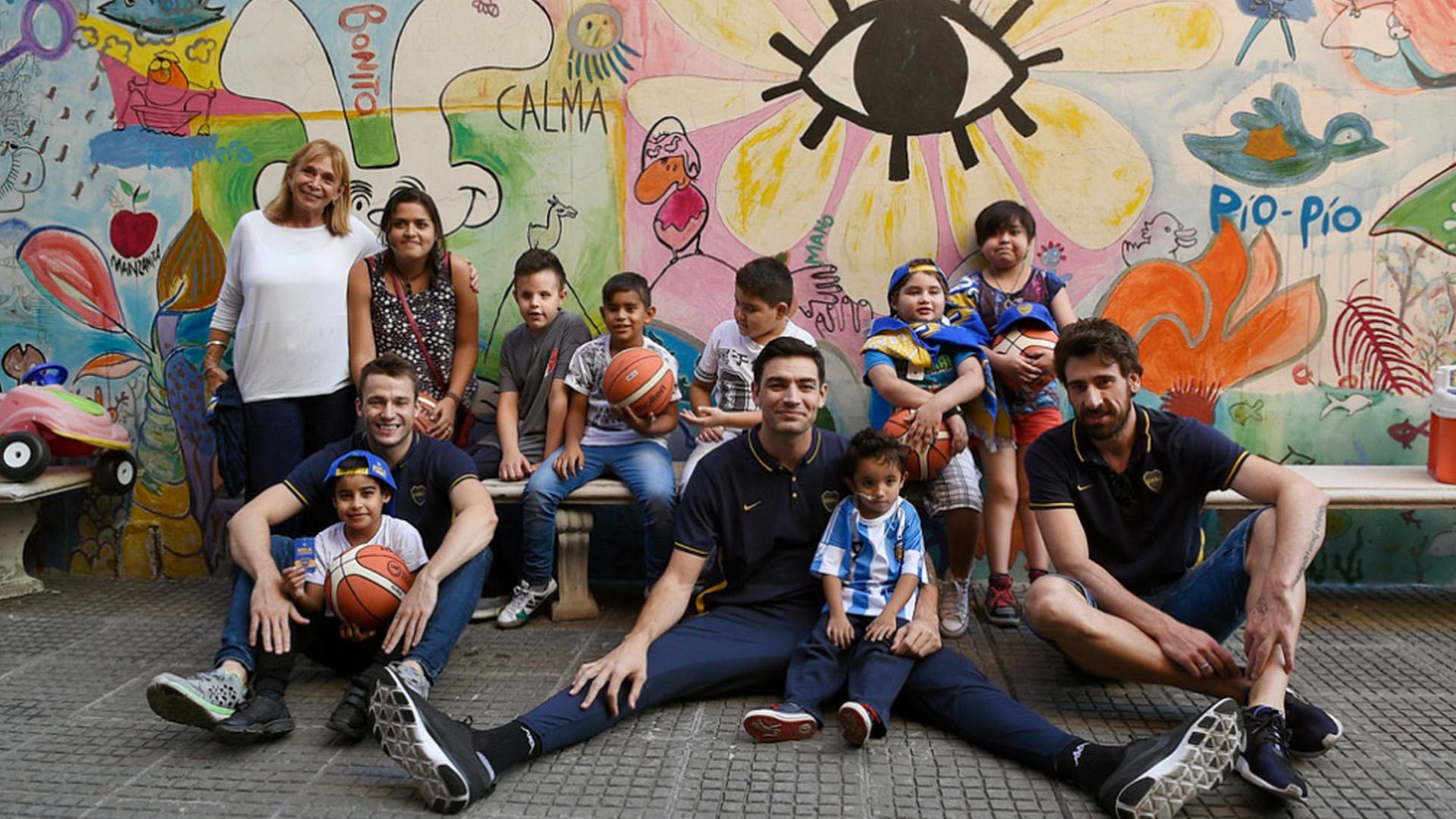 Las figuras de básquet de Boca fueron al hospital con regalos para los niños (Prensa Boca)