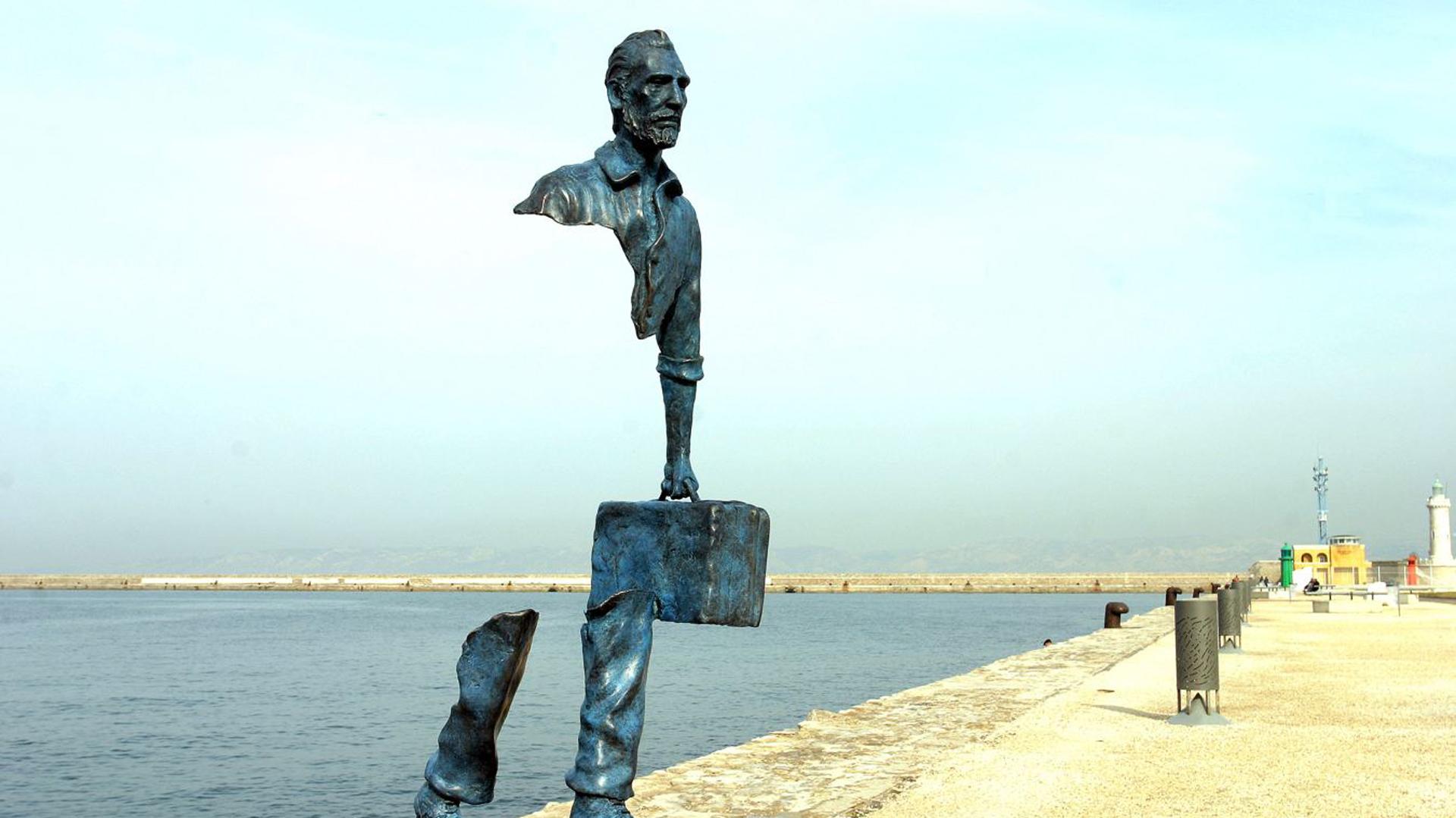 """""""Les Voyageurs"""", del artista francés Bruno Catalano, ubicada en Marsella, Francia. Esta escultura busca evocar memorias que dejan atrás los viajeros cuando abandonan su hogar"""
