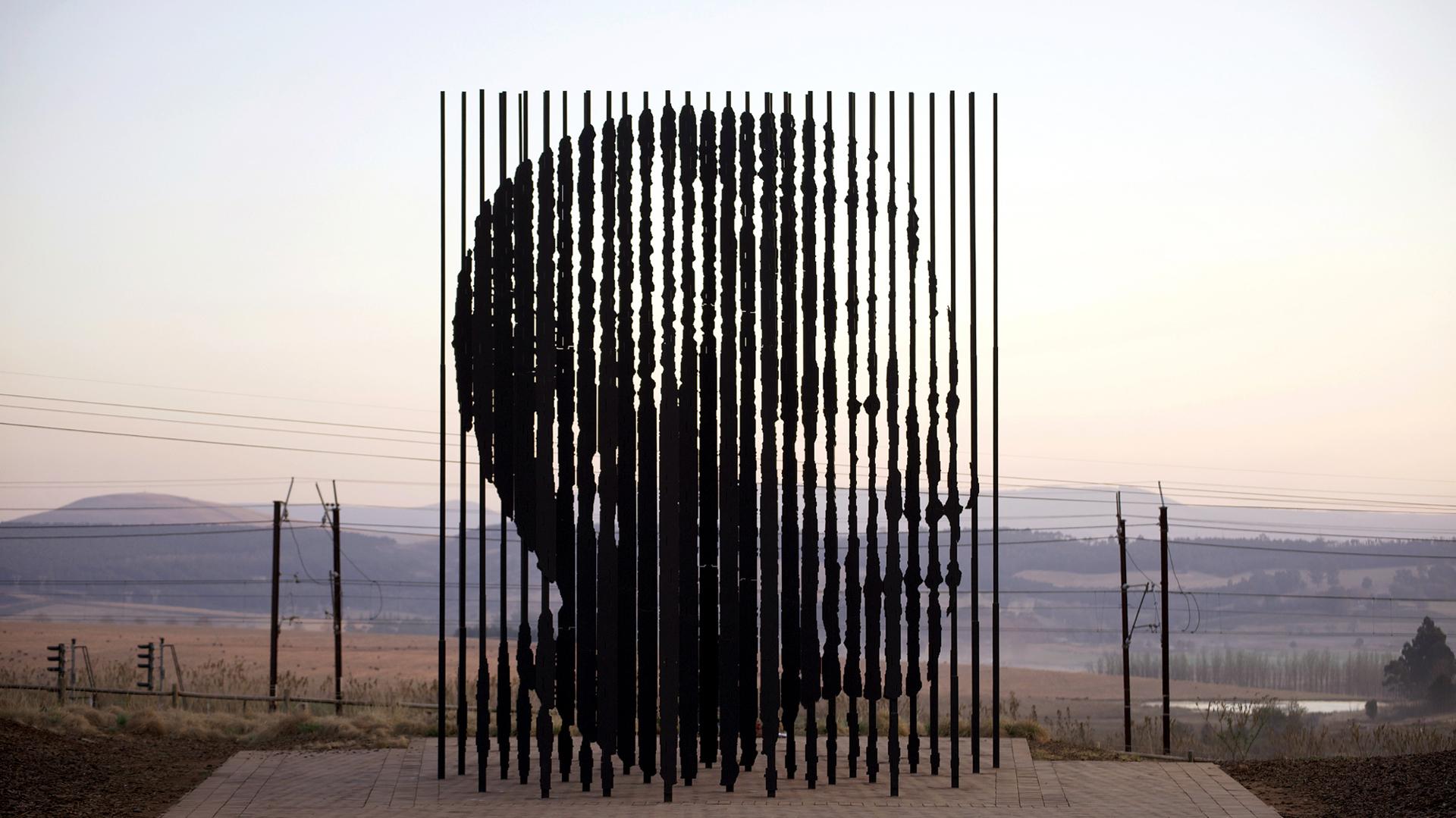 Nelson Mandela por Marco Cianfanelli. Ubicada en Howick, Sudáfrica, esta escultura fue erigida en la ruta R103 donde el líder fue capturado por la policía del apartheid en 1962
