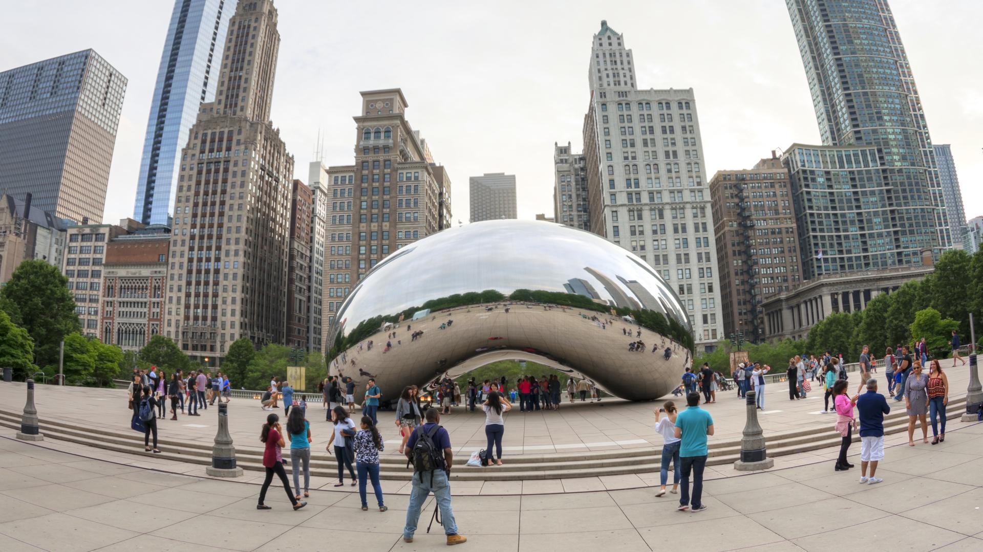 """La escultura """"Cloud Gate"""" en Chicago, Illinois. Creada por el artista Anish Kapoor, esta estructura elíptica se ubica en el Millennium Park y refleja el famoso skyline de la ciudad de los vientos (istock)"""
