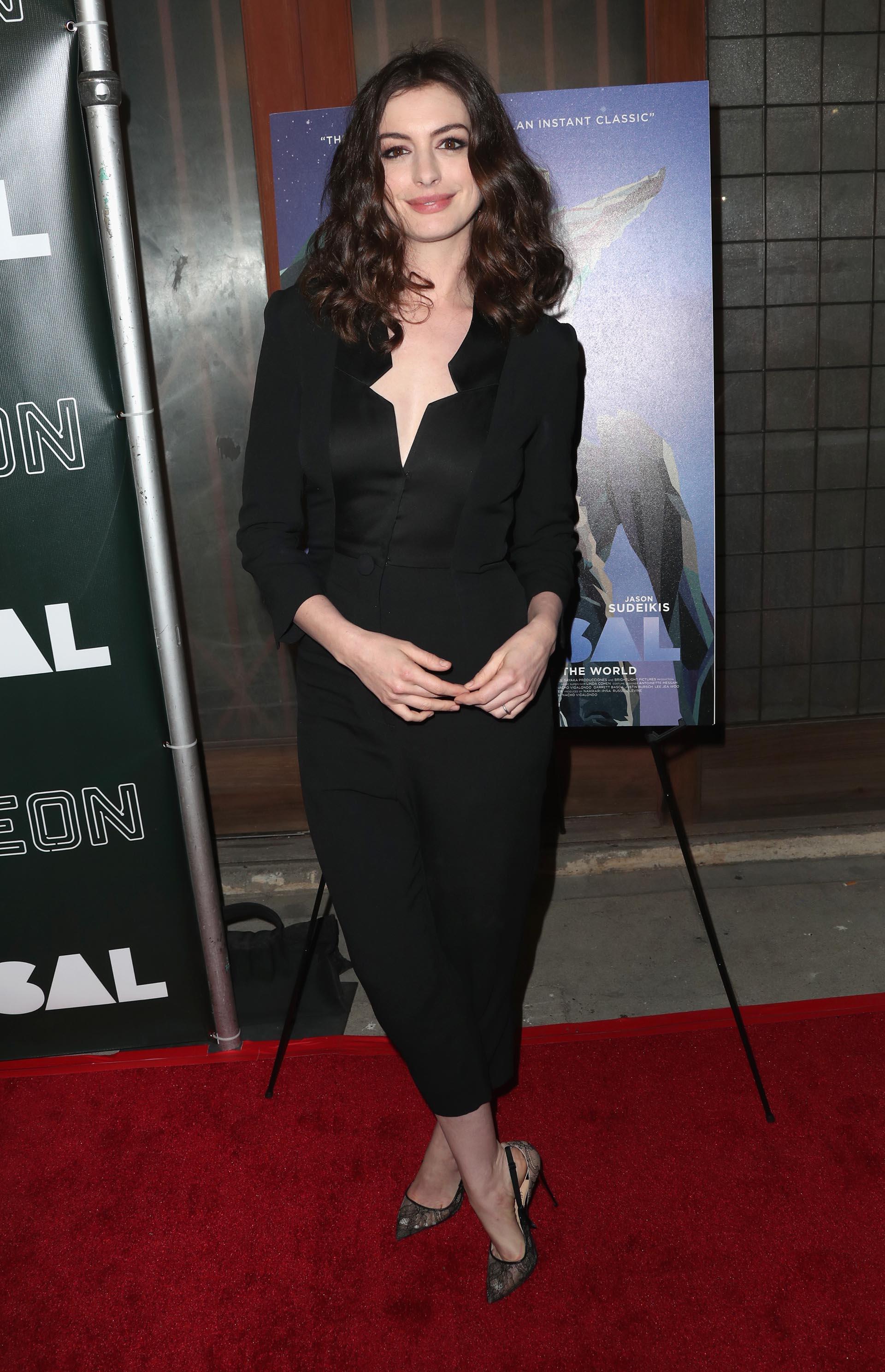 Vestida con un elegante entero negro y stilettos con transparencias, se lució con un estilo formal y refinado