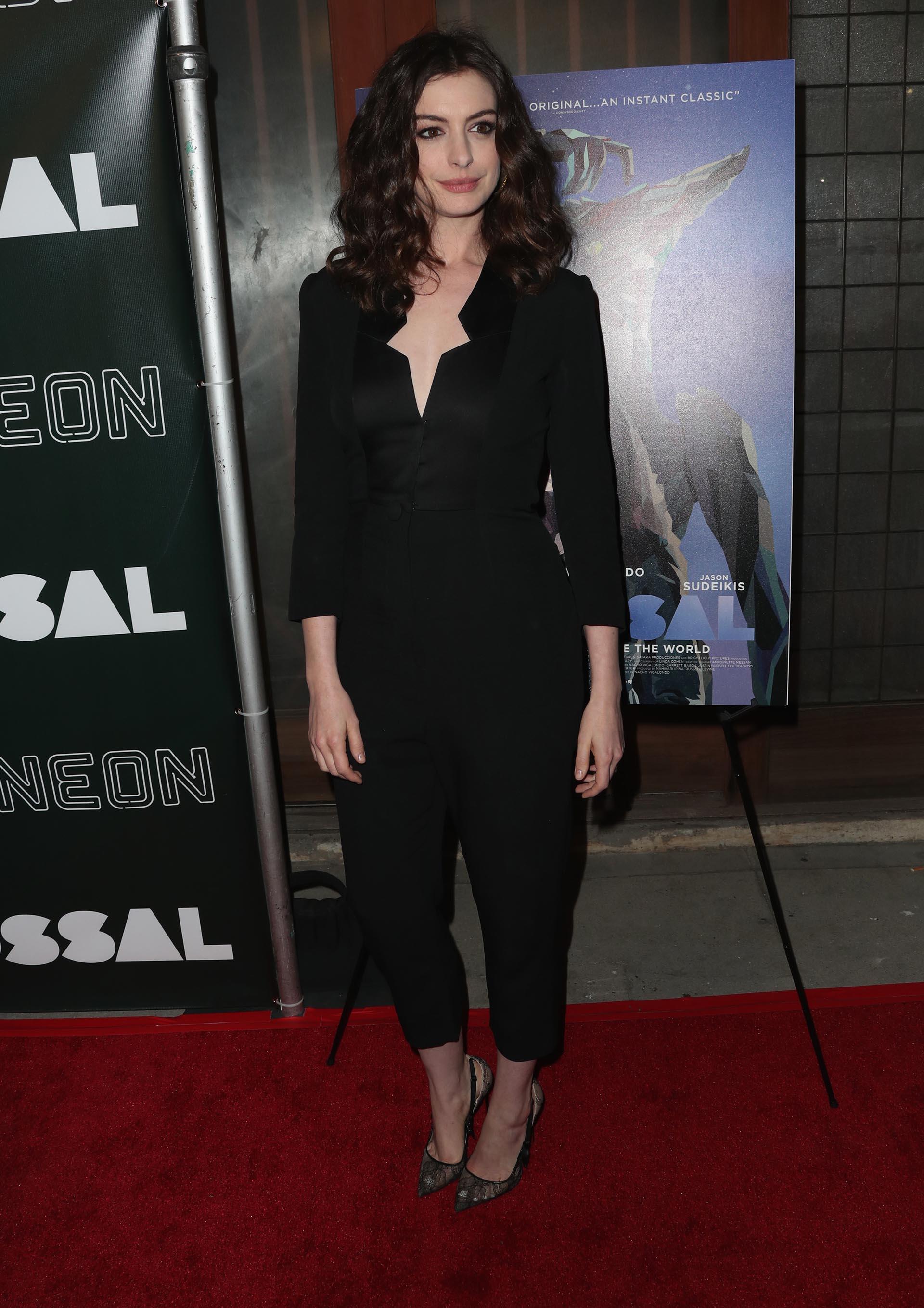 """El arribo de Anne Hathaway, la protagonista de la película """"Colosal"""", al estreno que se llevó a cabo en el Vista Theatre de Los Ángeles, California"""