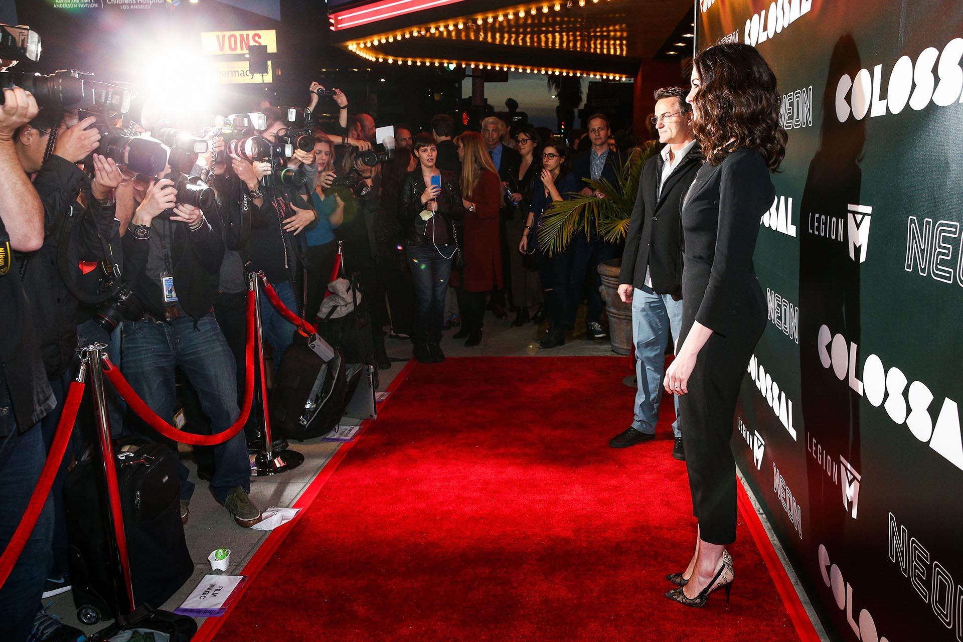 En su paso por la red carpet, Anne Hathaway capturó toda la atención de la prensa internacional