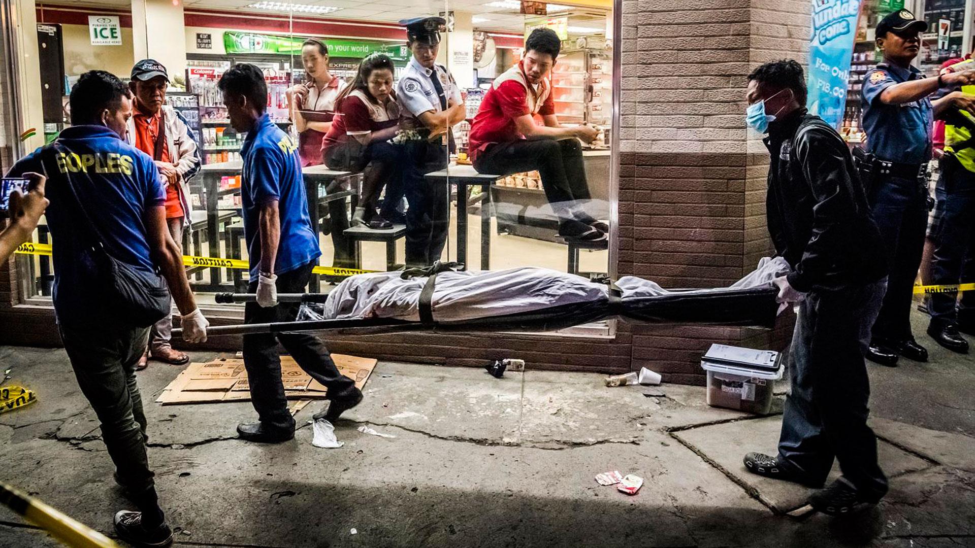Las calles de Manila están colmadas de violencia y cadáveres. El reportero gráfico Daniel Berehulak lo retrató (AP)