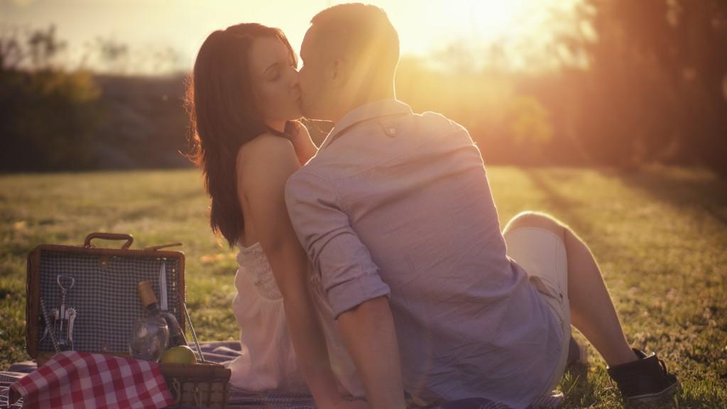 Las parejas formales besan menos que las parejas clandestinas (iStock)