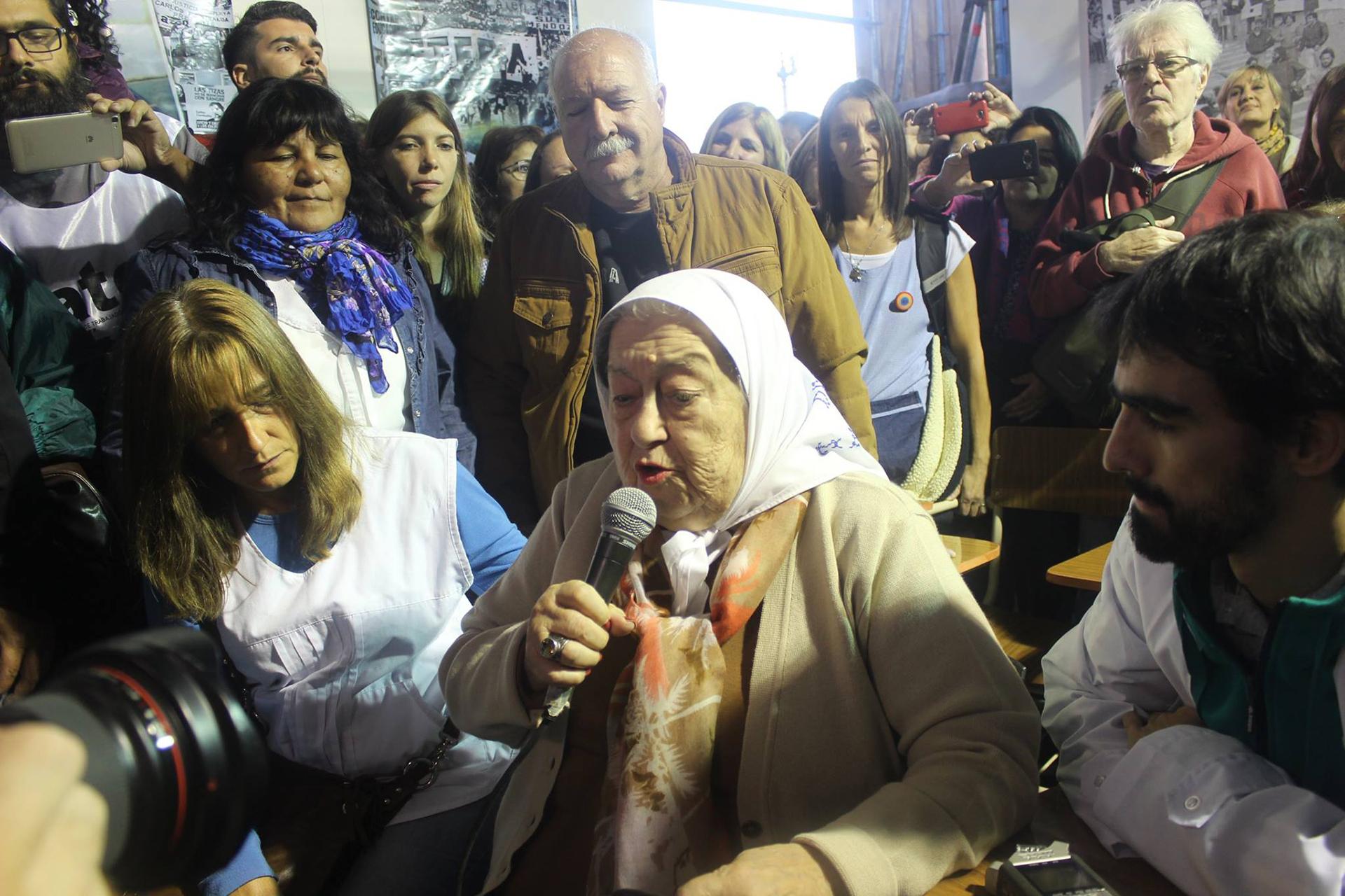 """Hebe de Bonafini visitó la """"escuela itinerante"""""""