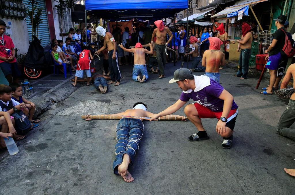 Creyentes católicos crucifican hombres por celebración de Viernes Santo — Filipinas
