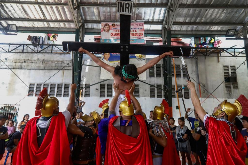 El filipino Gerardo Galvez Jr., en el papel de Jesucristo, representa la Pasión de Cristo (EFE)