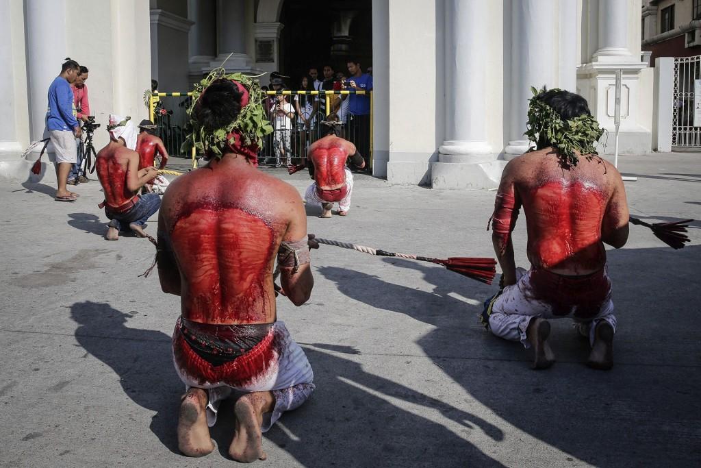 Muchos penitentes católicos filipinos celebran esta festividad con diversos castigos físicos con la esperanza de que se perdonen sus pecados (EFE)