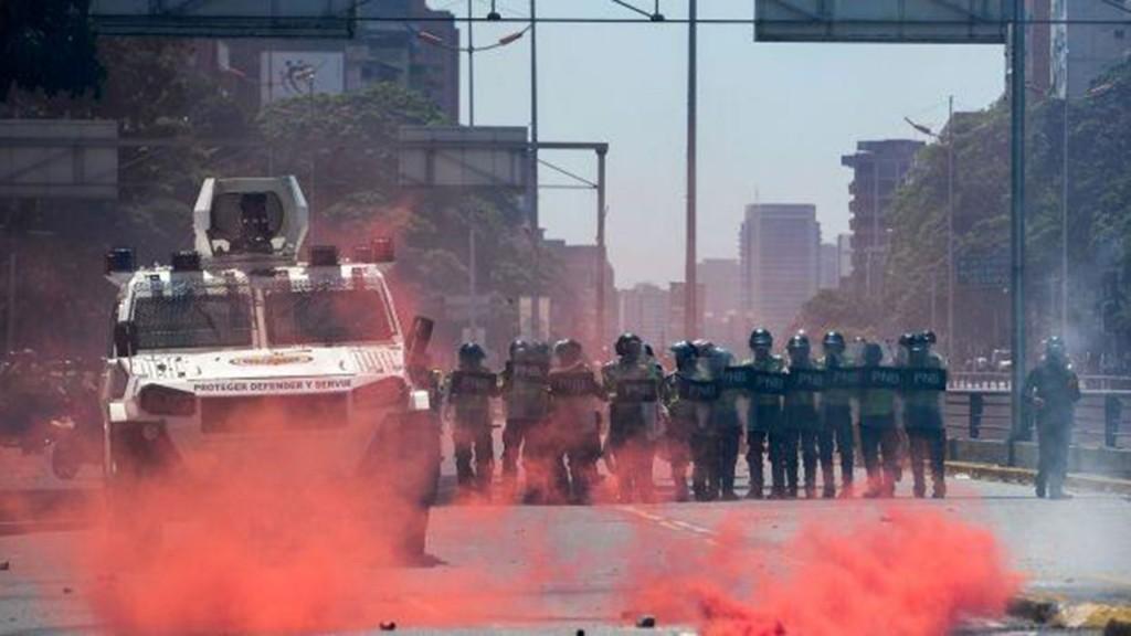 El régimen chavista reprimió con gases vencidos y una sustancia roja