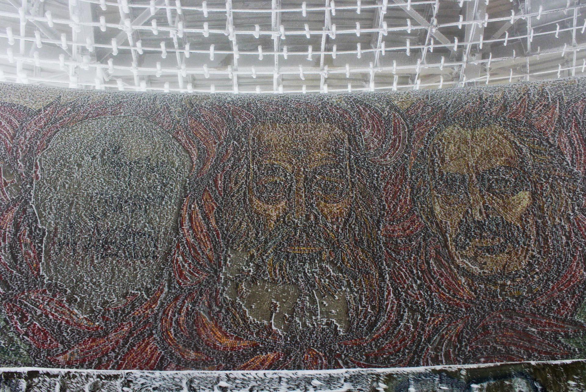 Mosaicos en el auditorio central con los rostros de Dimitar Blagoev (el primer socialista de Bulgaria, a quien el edificio rinde culto), Georgi Dimitrov (el primer presidente socialista, desde 1946 hasta su muerte en 1949). El primero de la izquierda, desdibujado, es el rostro de Todor Zhivkov. líder del régimen desde 1954 hasta la caída en 1989. El edificio se inauguró bajo su mandato