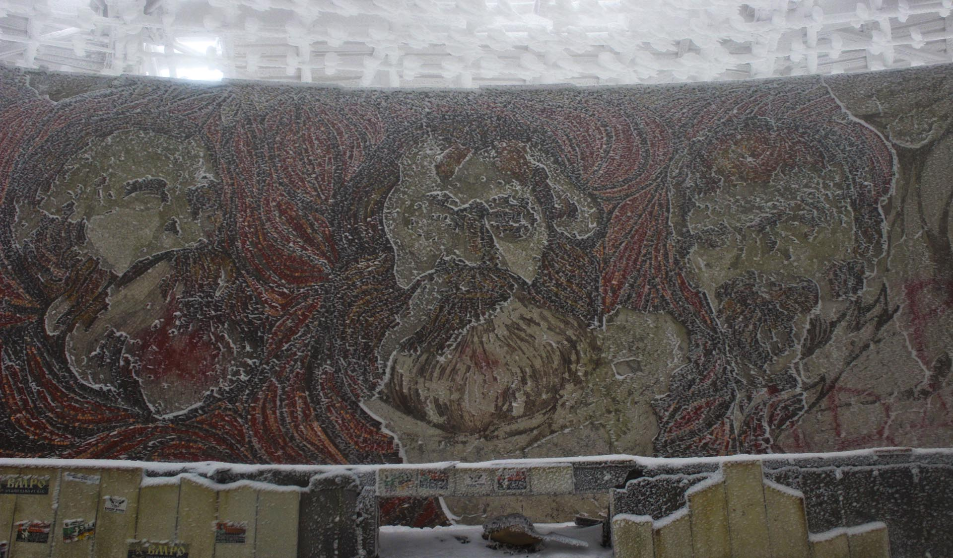 Mosaicos en el auditorio central con los rostros de Karl Marx, Friedrich Engels y Vladimir Lenin.