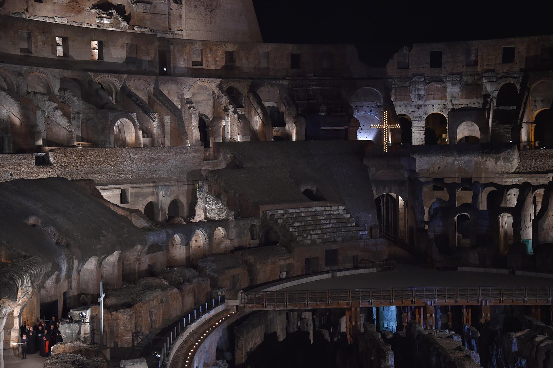 El cardenal Agostino Vallini sostuvo la cruz durante la procesión de las antorchas del Vía Crucis el Viernes Santo en el Coliseo de Roma