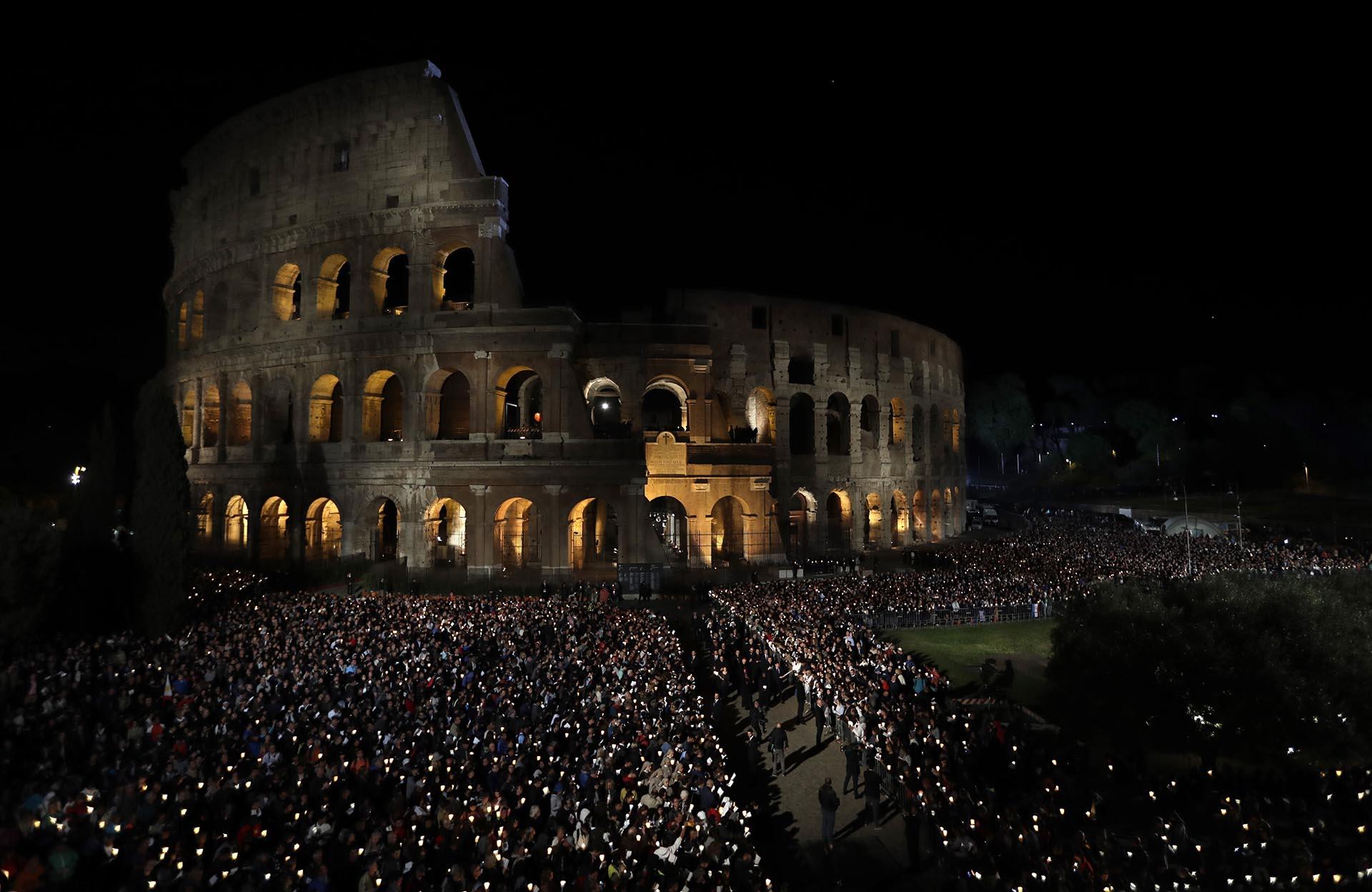 Unos 20.000 cristianos asistieron al Vía Crucis del Viernes Santo en Roma