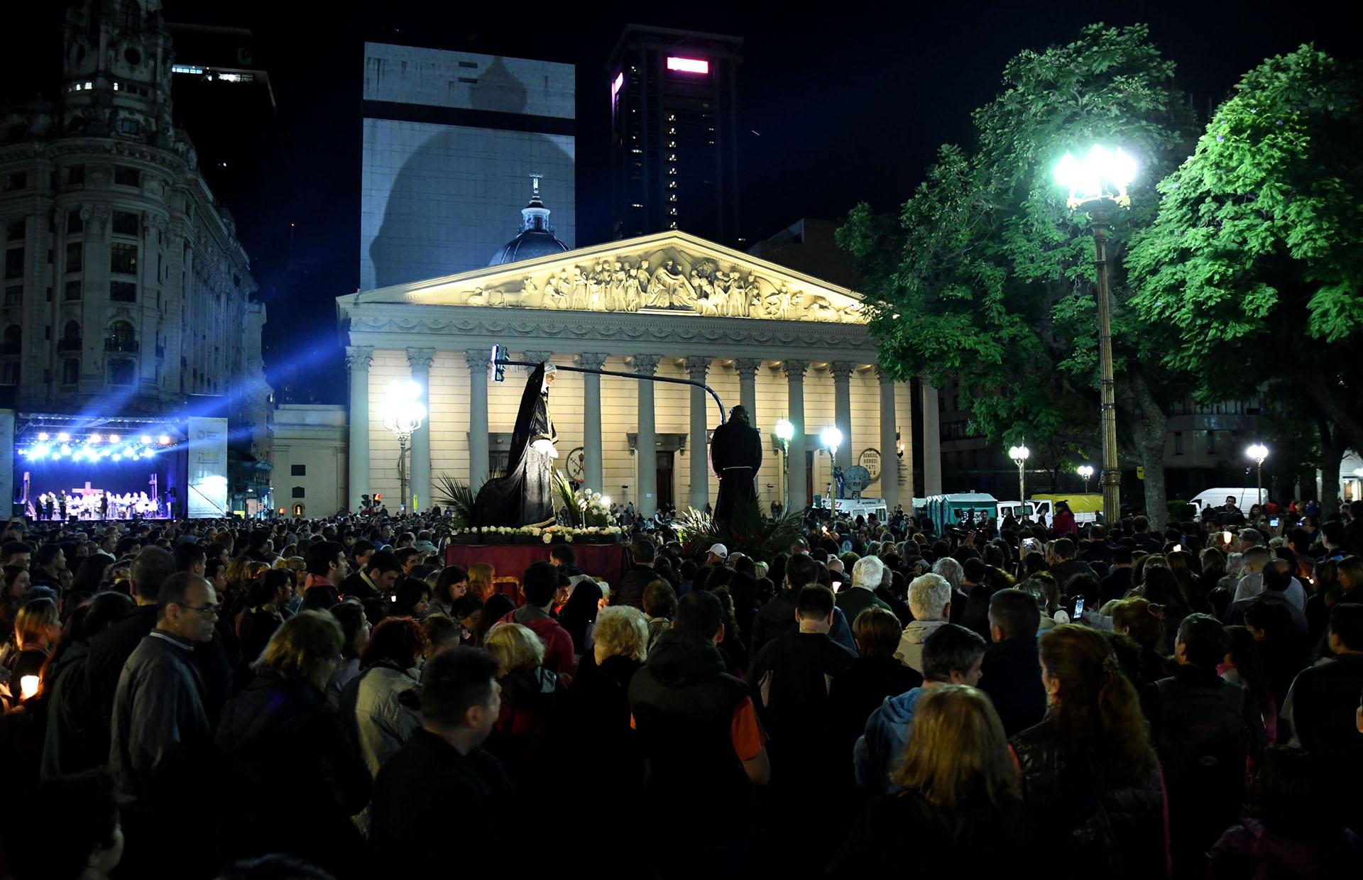 Buenos Aires, Con profunda fe religiosa, una multitud acompañó el recorrido del Vía Crucis porteño que recorrió las principales calles del microcentro, encabezada por el arzobispo de Buenos Aires