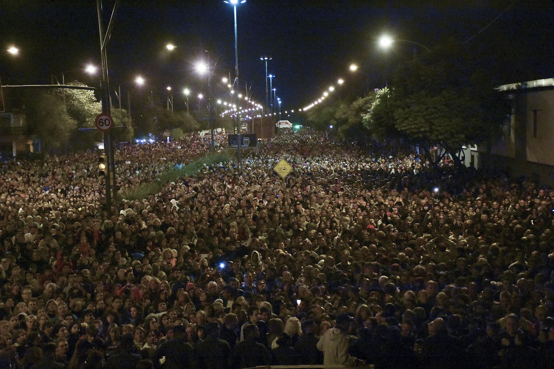 """Rosario, una multitud de fieles católicos participó esta noche en Rosario del Vía Crucis encabezado por el sacerdote Ignacio Periés, quien remarcó la necesidad de """"reconstruir los valores que se han perdido en todos lados"""" y pidió """"por los inundados"""""""