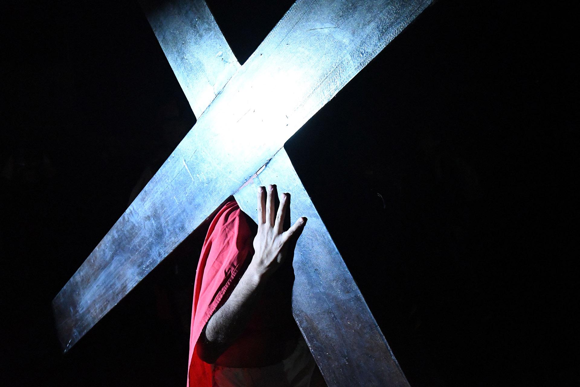 Buenos Aires, Villa Gesell, se realizó ayer una vez más el tradicional Vía Crucis Viviente, organizado por la juventud parroquial. El evento recorrió las diferentes estaciones seguido por una multitud desde 3 y 113 hasta la Parroquia, donde se escenificó la crucifixión