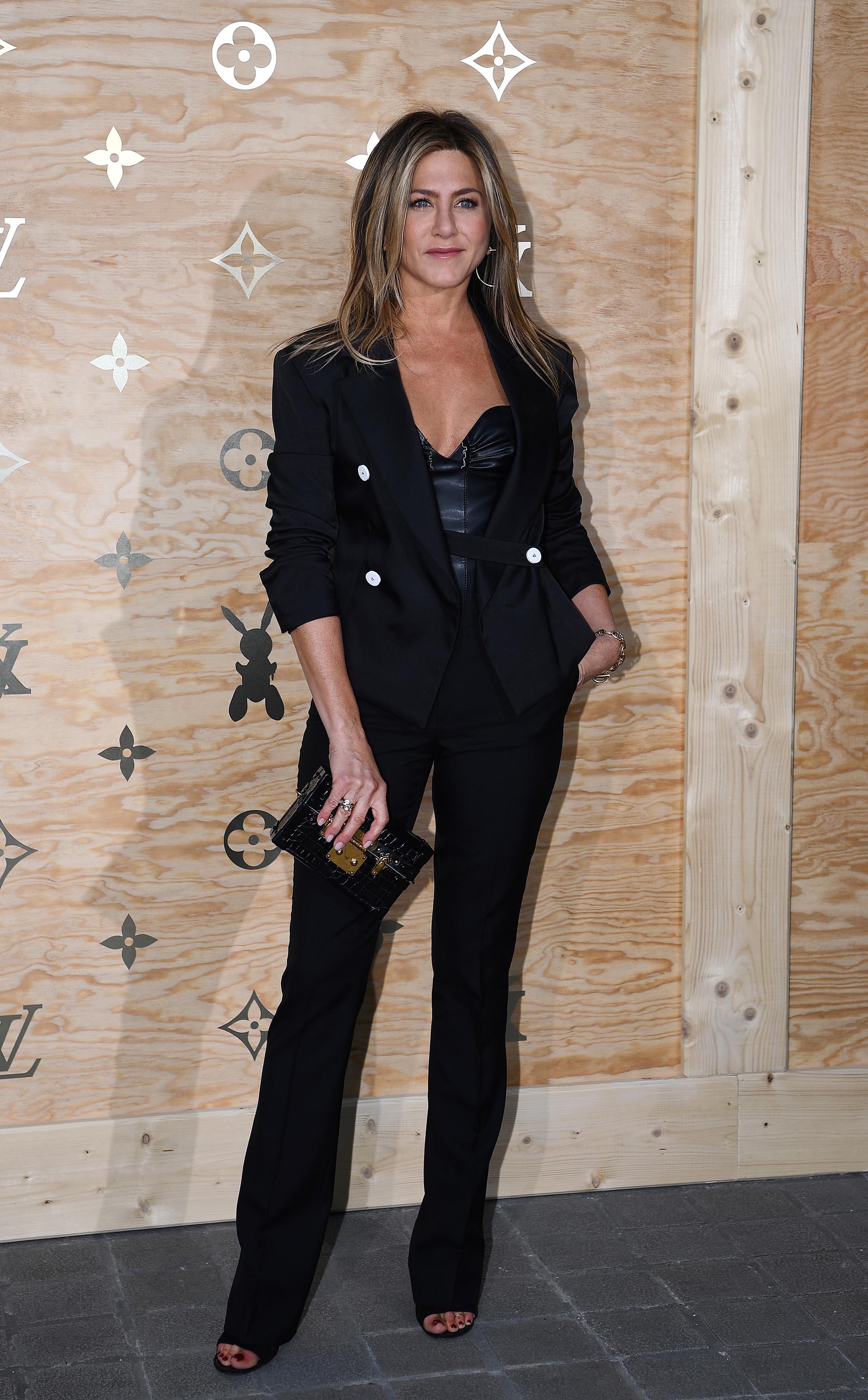 """Jennifer Aniston arriba al glamoroso evento de Louis Vuitton en París, para conocer la nueva colección de carteras inspiradas en grandes obras de arte como """"La Gioconda"""", """"La Chasse au tigre"""", """"La Gimblette"""", """"Campo de trigo con cipreses"""" y """"Marte, Venus y Cupido"""""""