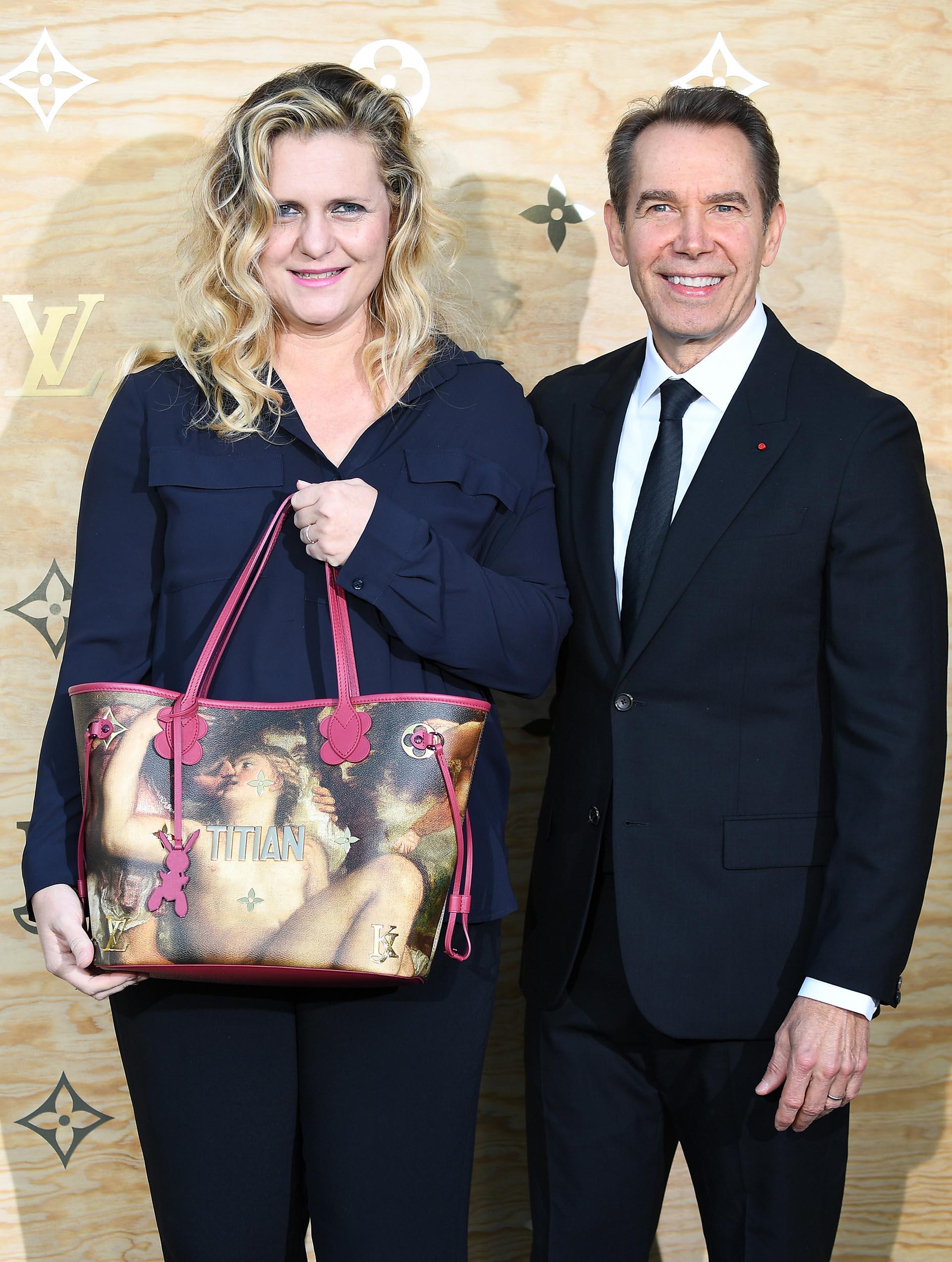 El artista Jeff Koons y su esposa, Justine Wheeler-Koons, con una de las exclusivas carteras