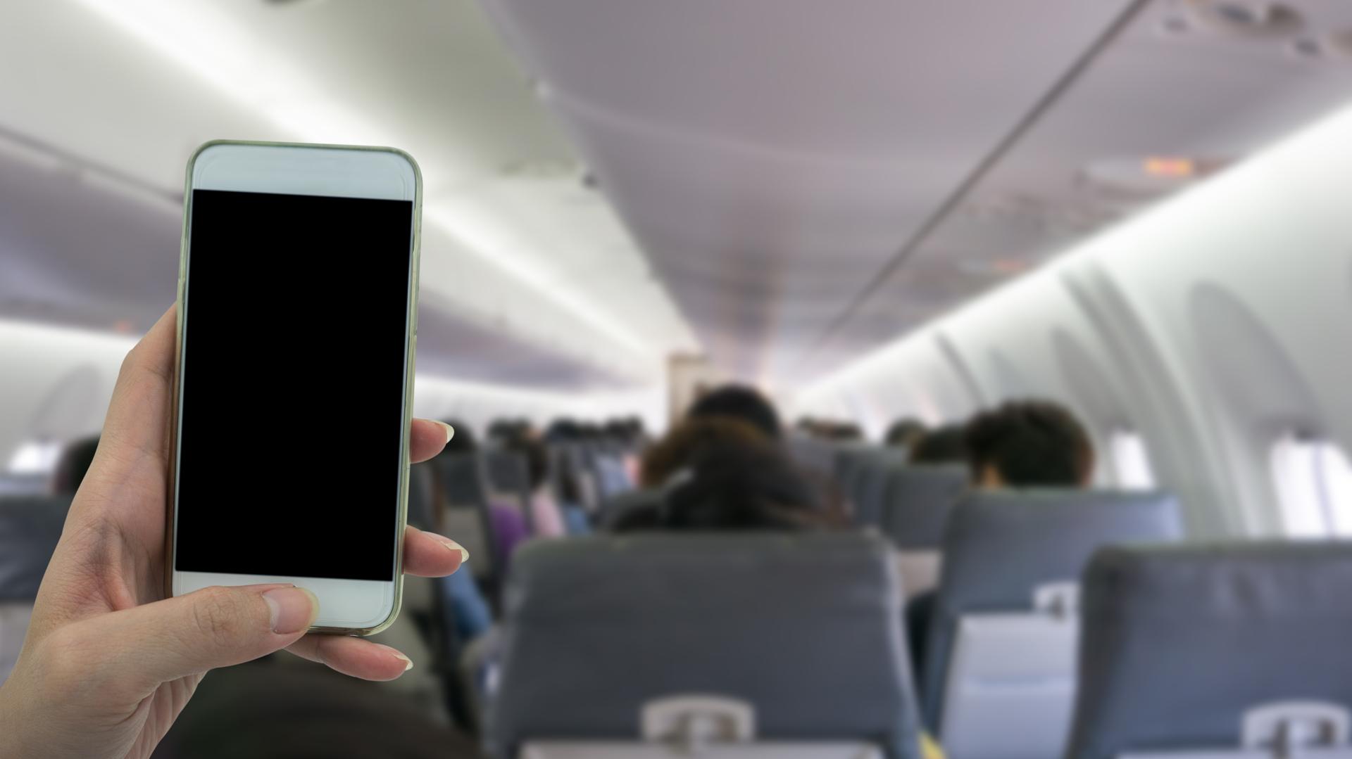 Si no ponen sus celulares en Modo Avión durante un vuelo, los smartphones probablemente molesten bastante a algunos pilotos y controladores de tráfico aéreo (istock)