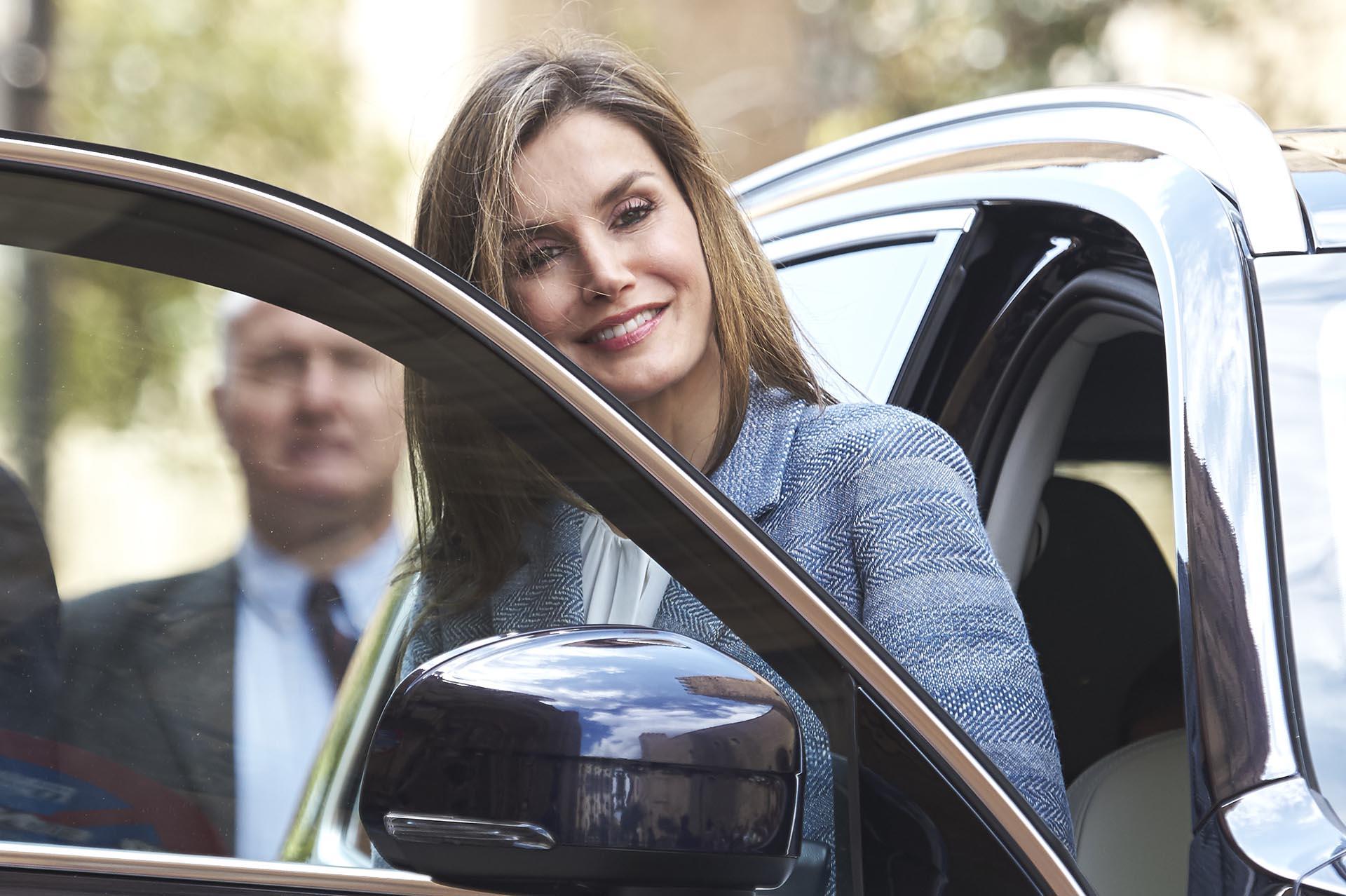 La reina Letizia desciende de la camioneta conducida por su marido
