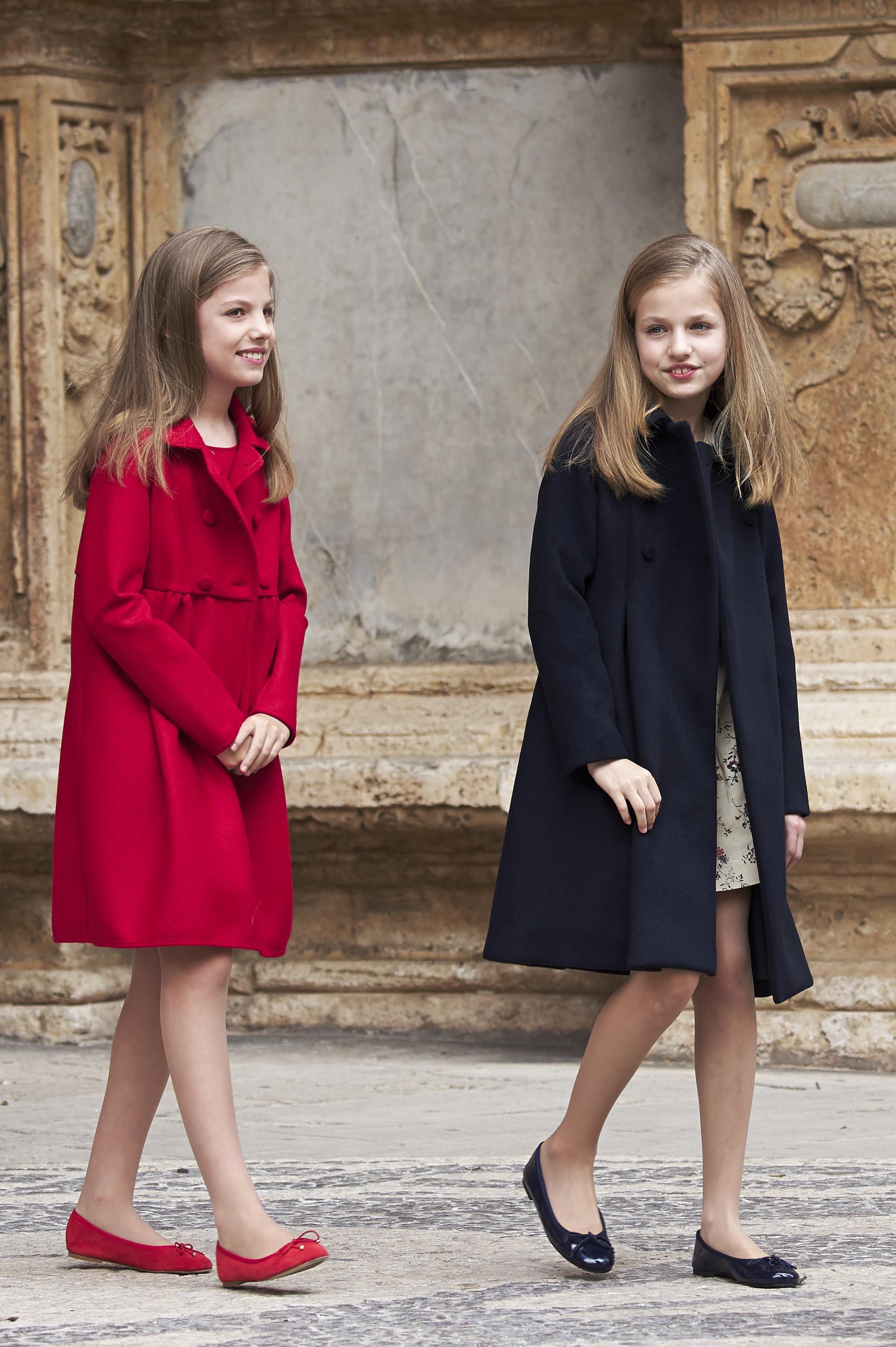Las hijas de los reyes eligieron un estilo muy similar pero en distintos colores: tapado de verano, vestido y balerinas