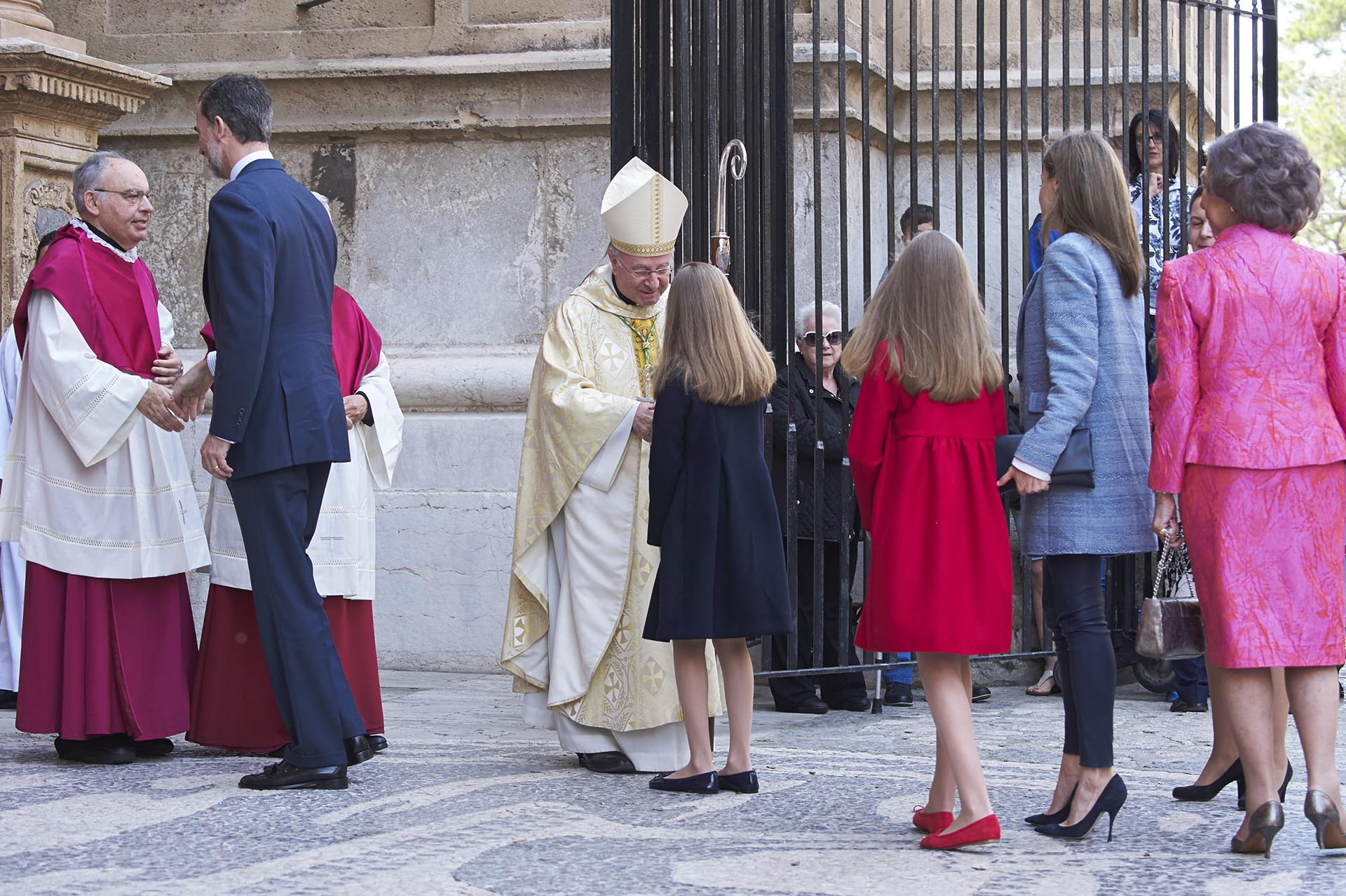 Tras las fotos y los saludos, el rey Felipe entró a la misa en compañía de su familia: su esposa Letizia, su madre Sofía y sus dos hijas, Leonor y Sofía