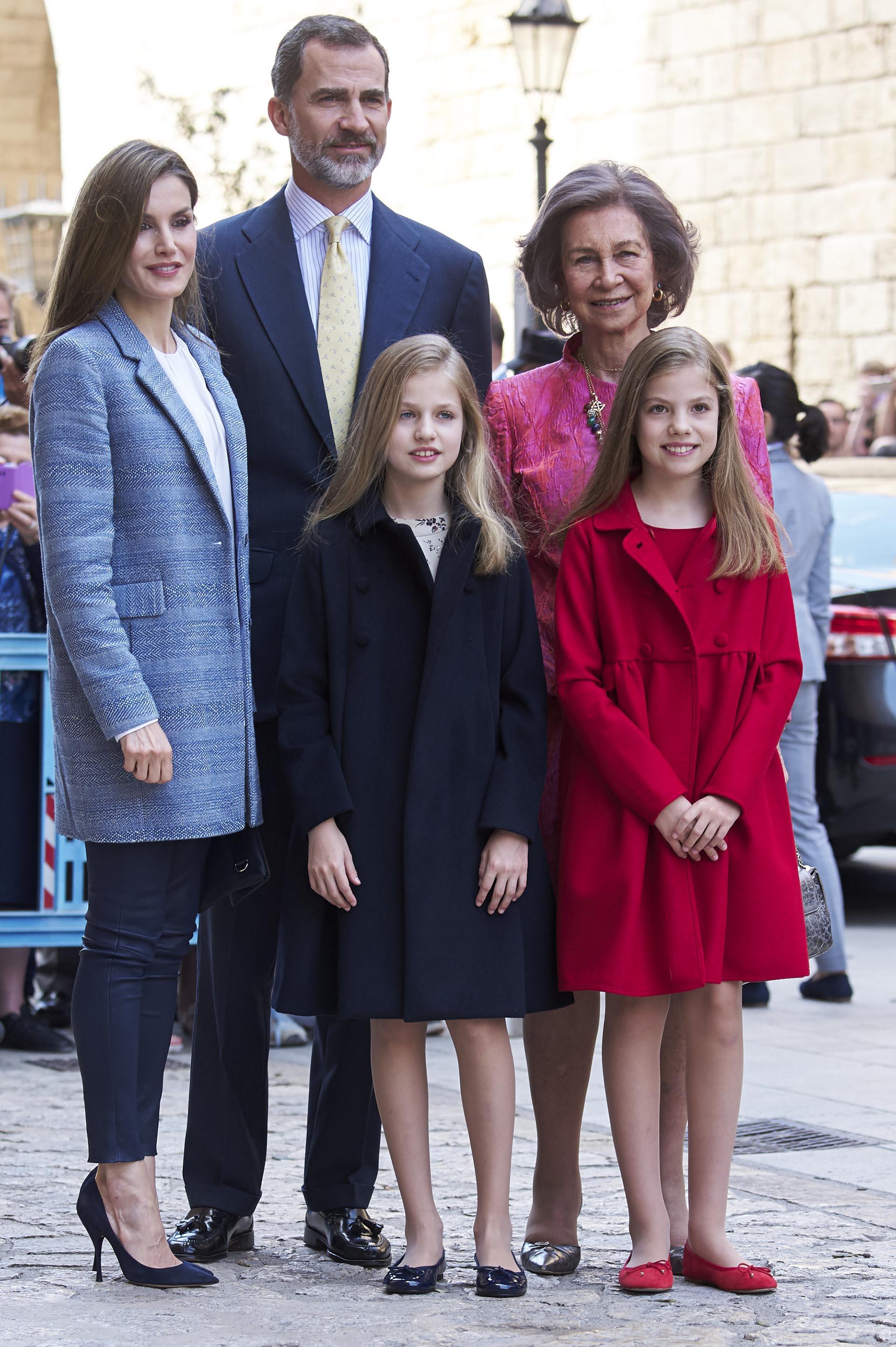 La monarca, de 44 años, eligió un look más informal que el de su suegra: un tapado de verano color celeste, pantalón azul al tobillo y sus infaltables stilettos