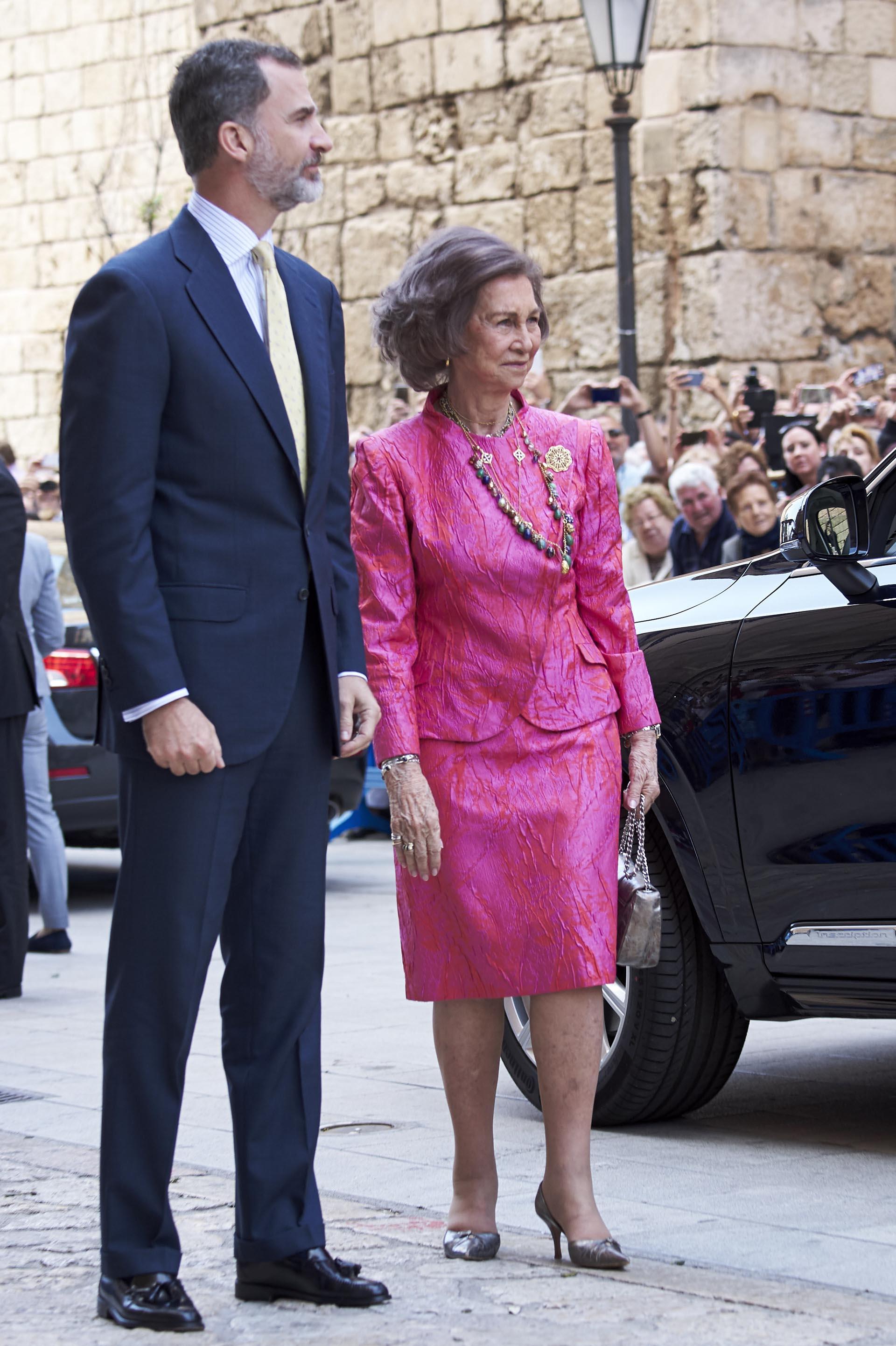Felipe VI junto a su madre, la reina Sofía, quien lució un conjunto estampado en fucsia y colorado