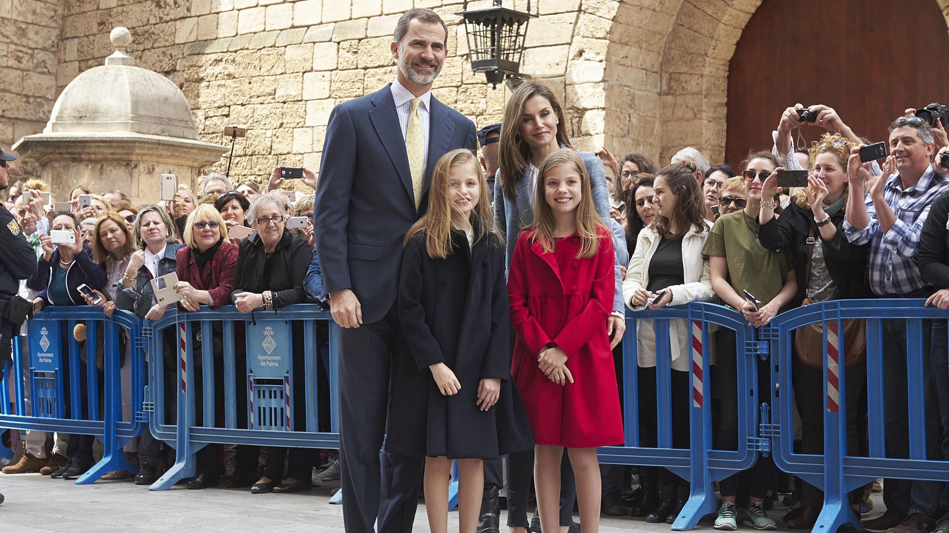 Una multitud aguardó la llegada del rey Felipe y su familia para saludarlo en la entrada de la Catedral
