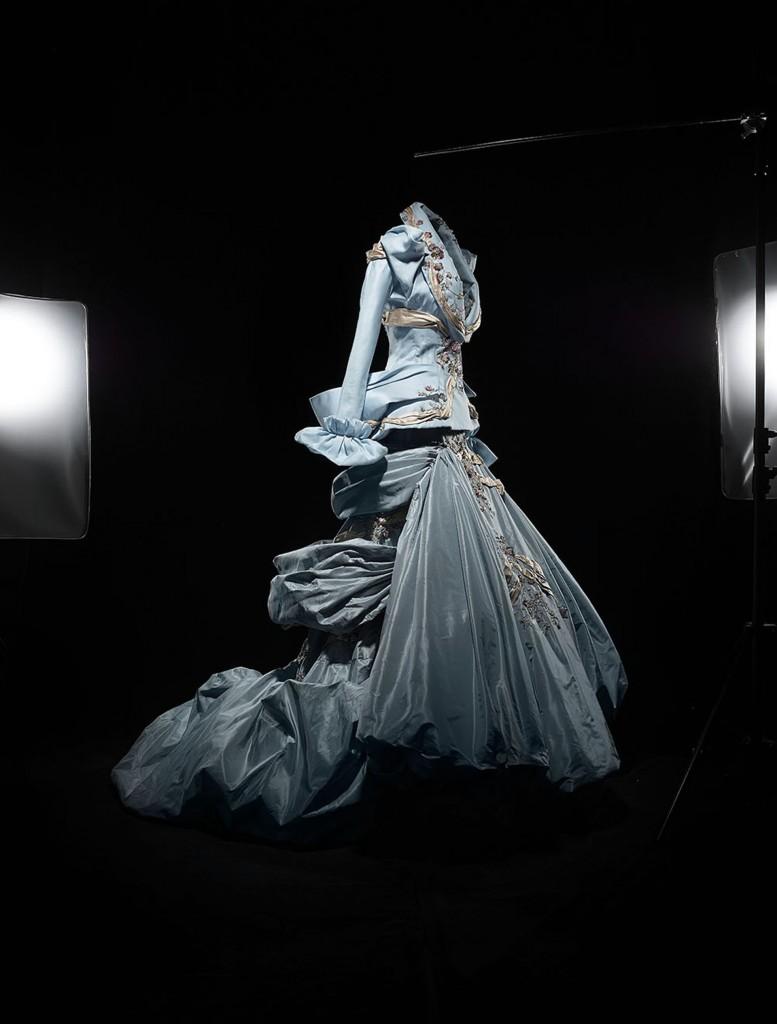 Vestido de Alta Costura otoño-invierno 2007 inspirado en Renoir y que llevó la modelo Amber Valletta, de la colección Dior Héritage