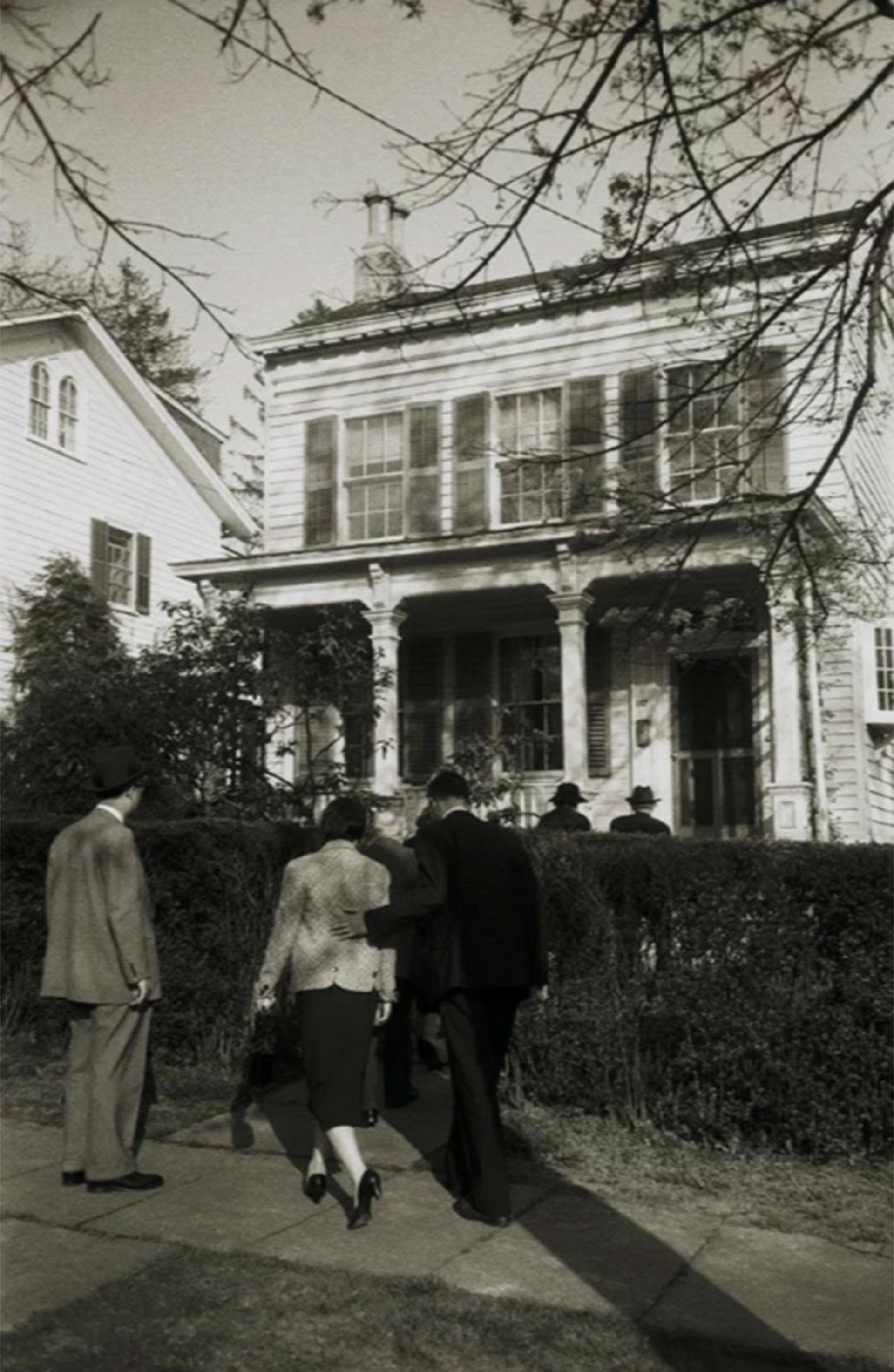 La familia y amigos de Albert Einstein ingresan a la vivienda donde el físico alemán viviera durante 20 años en Princeton (Ralph Morse -Life Magazine- Getty)