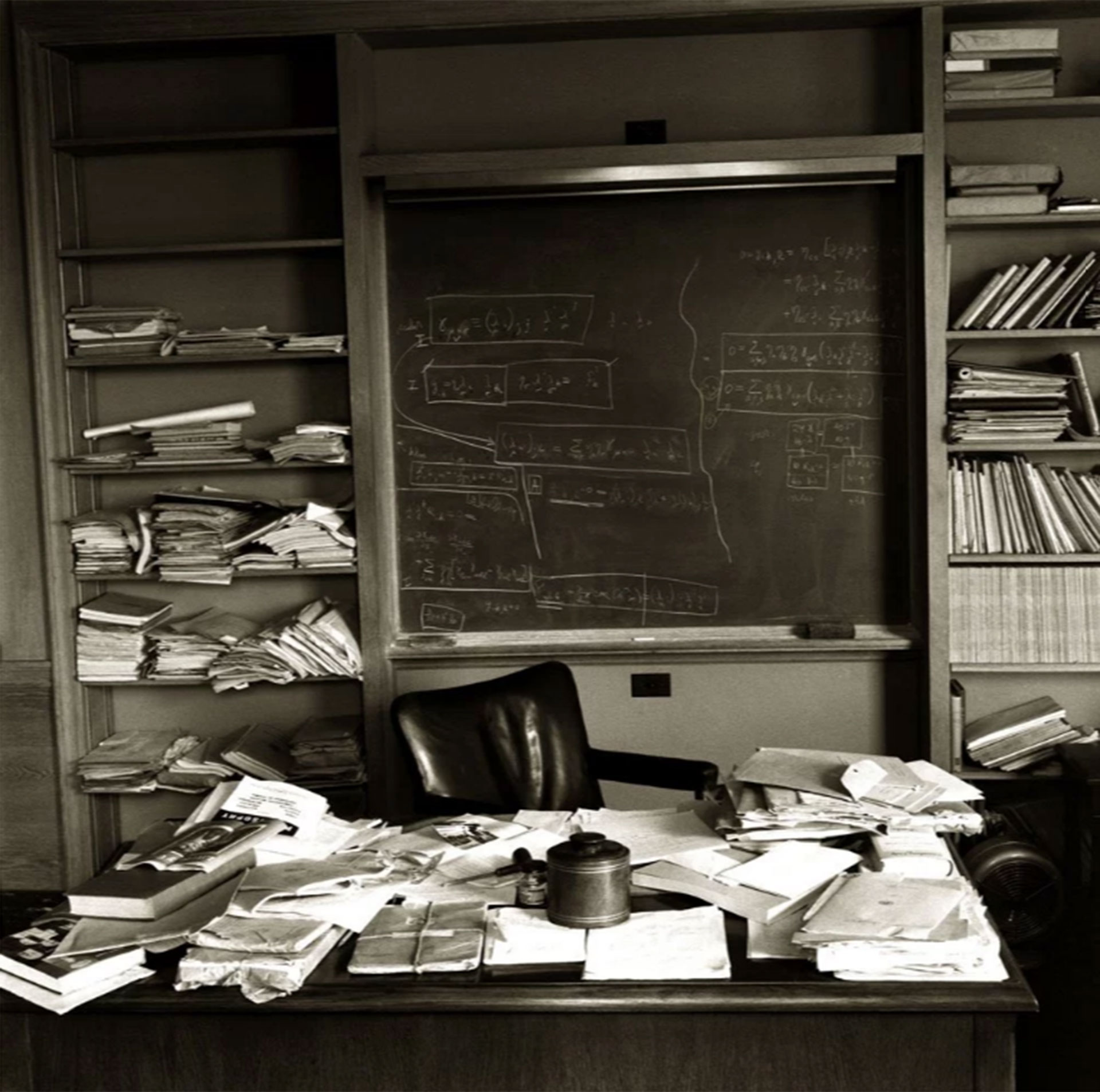 La oficina de Albert Einstein en Princeton tal como la dejó ese día antes de que su corazón le fallara y fuera trasladado a un hospital, donde moriría (Ralph Morse – Life Magazine – Getty)