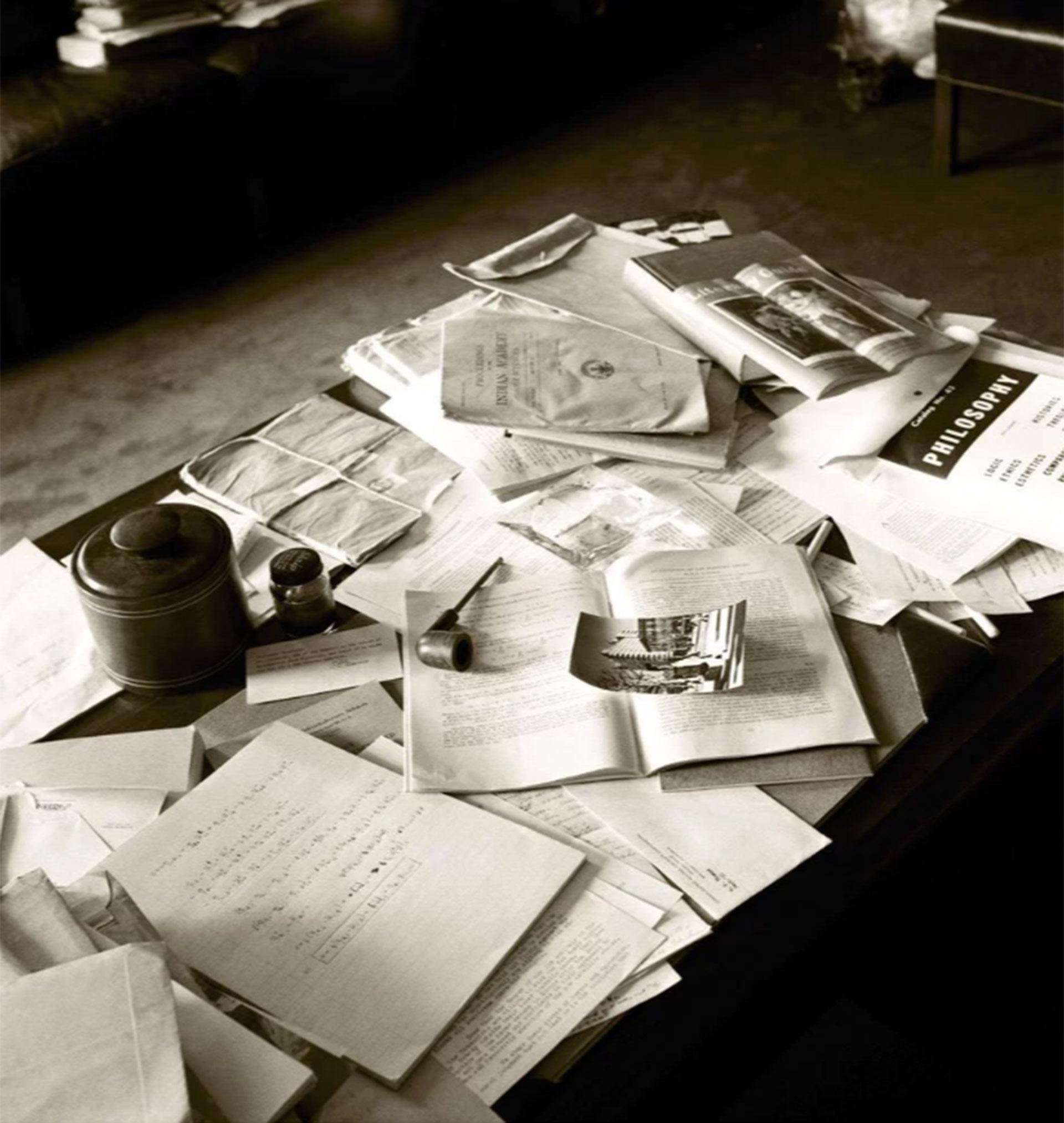 Una pipa, una fotografía, un tintero, libros… así estaba el escritorio de Albert Einstein el día que murió (Ralph Morse -Life Magazine- Getty)
