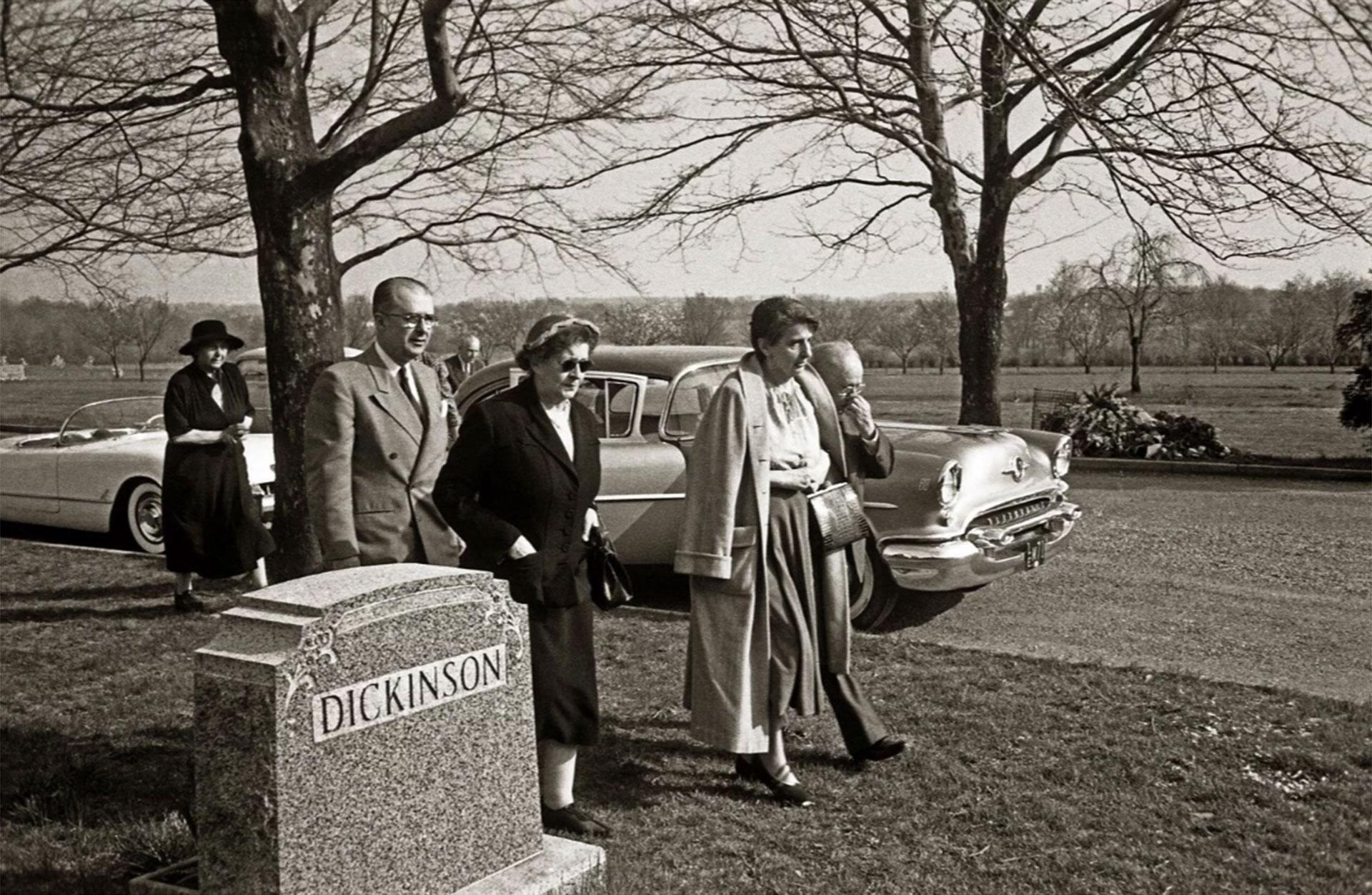 De izquierda a derecha: Frida S. Bucky, Hans Einstein, una mujer no identificada, Helen Dukas, y Gustav Bucky, amigo del matemático (Ralph Morse -Life Magazine- Getty)