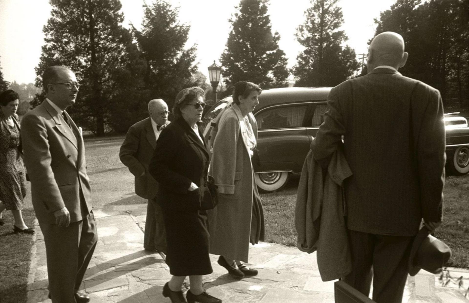 Hans Einstein, el primero desde la izquierda. Fue quien llamó a Life para que no se publicaran las fotografías (Ralph Morse -Life Magazine- Getty)