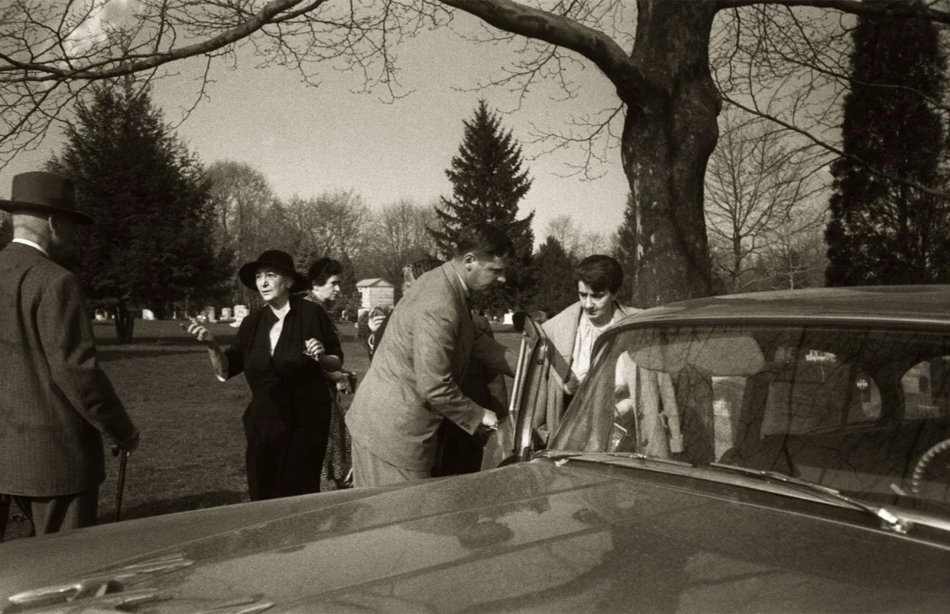 La secretaria de Einstein, Helen Dukas, ingresa al automóvil tras el breve servicio fúnebre (Ralph Morse -Life Magazine- Getty)