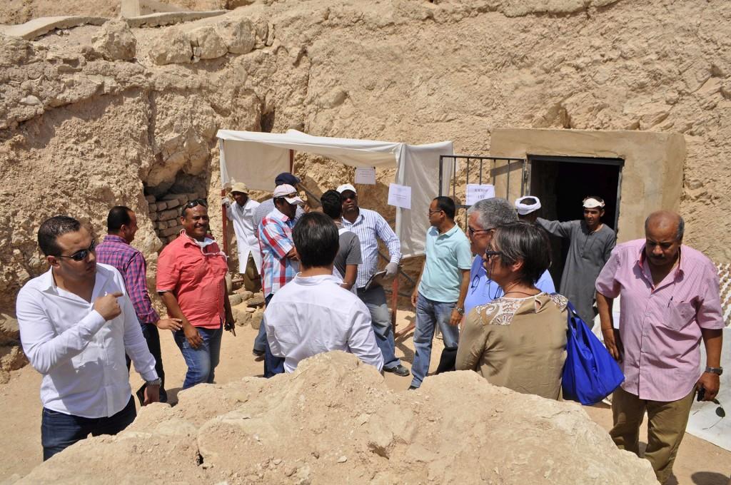 Los arqueólogos prepararon un recorrido para la prensa. En la sala rectangular se encontraron un sarcófago de madera de buen estado y un pozo de nueve metros de profundidad que se comunica con dos habitaciones