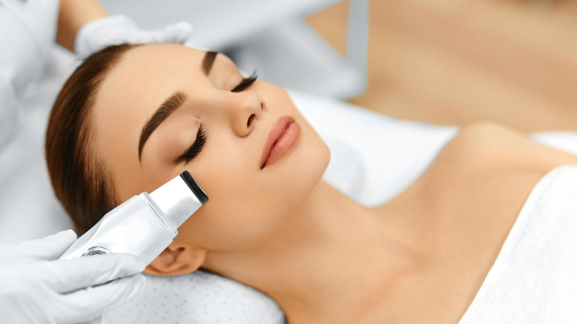 El peeling es uno de los tratamientos no invasivos más usados para eliminar o aminorar manchas (iStock)